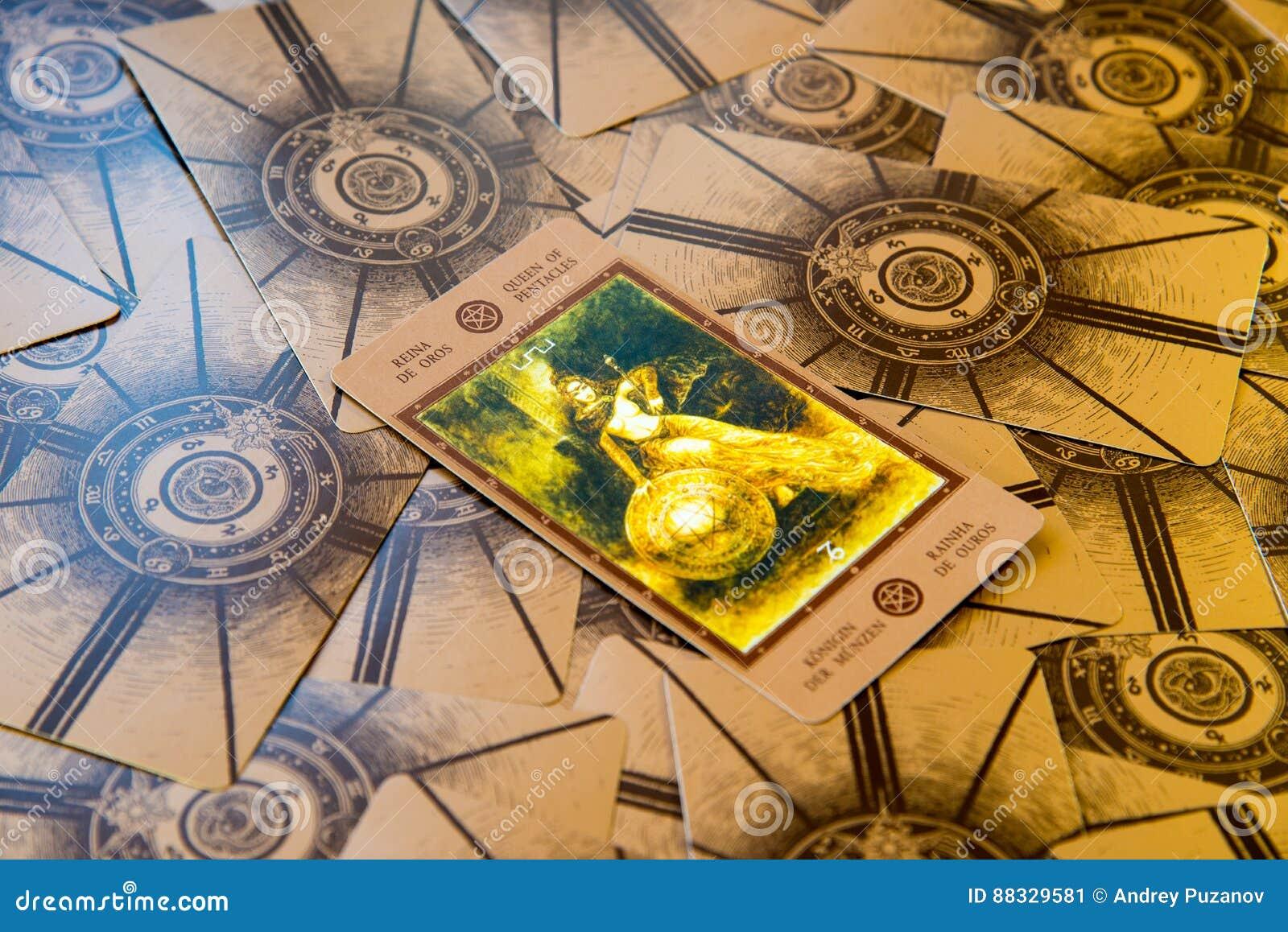 Carta De Tarot Qeen De Pentáculos Cubierta Del Tarot De Labirinth ...