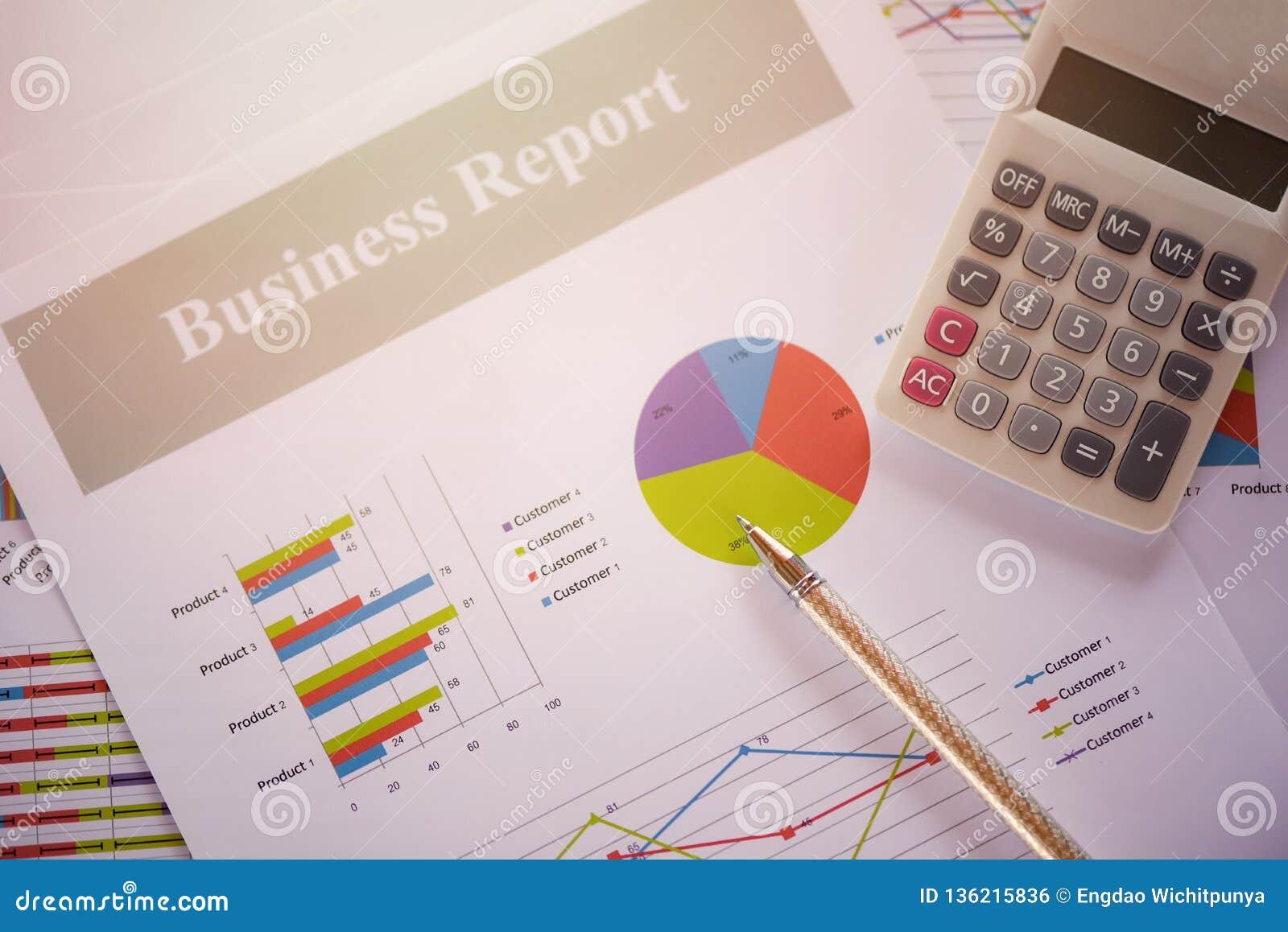 Carta del informe de negocios que prepara informe resumido del concepto de la calculadora de los gráficos en gráfico de sectores