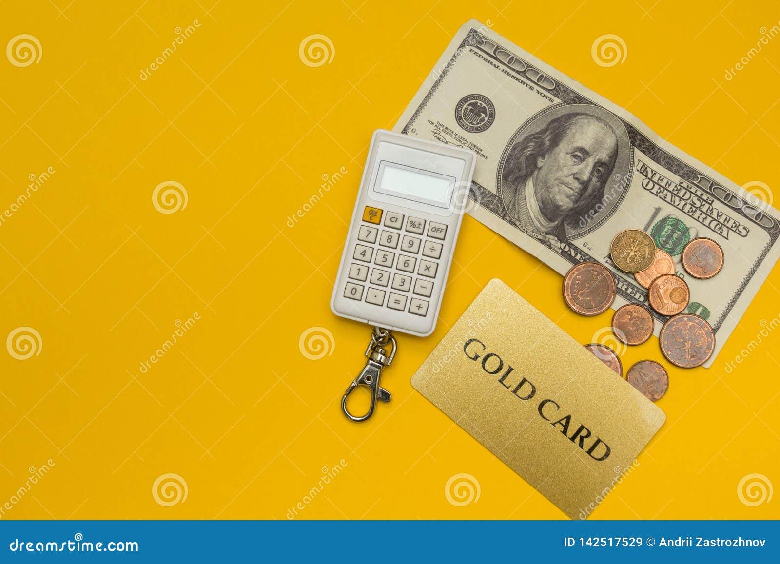 Carta di credito, calcolatore e dollari su fondo giallo