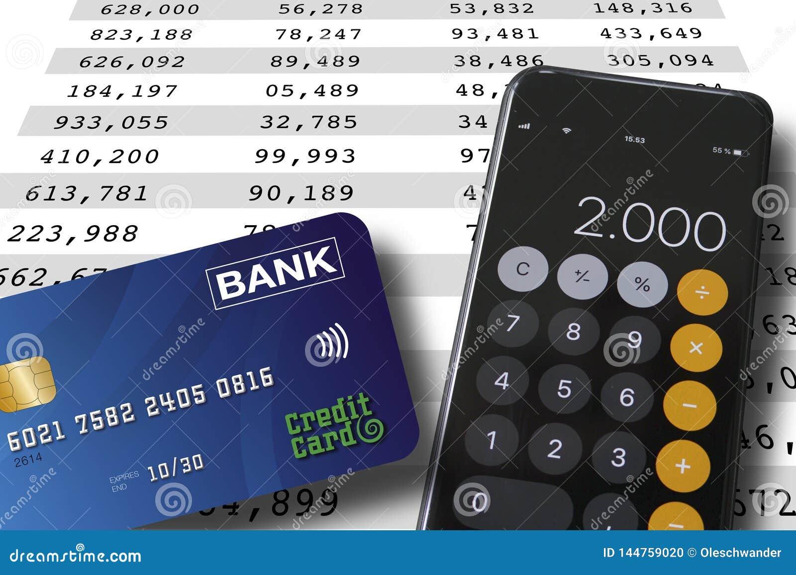 Carta di credito e smartphone che si trovano su un fondo del foglio elettronico con i numeri nei colums Concetto contare o di con