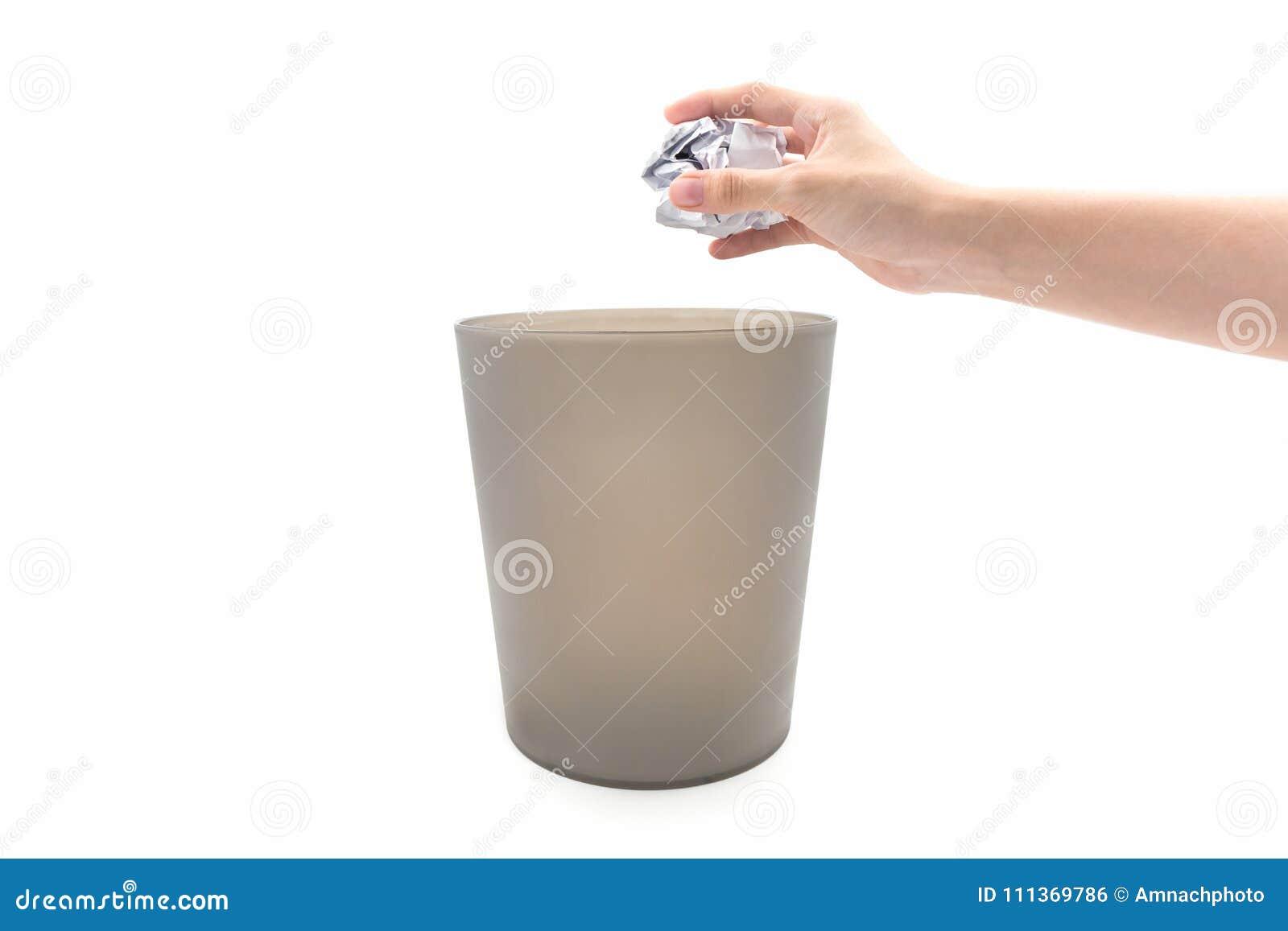 Carta di lancio della mano della donna del primo piano in bidone della spazzatura marrone