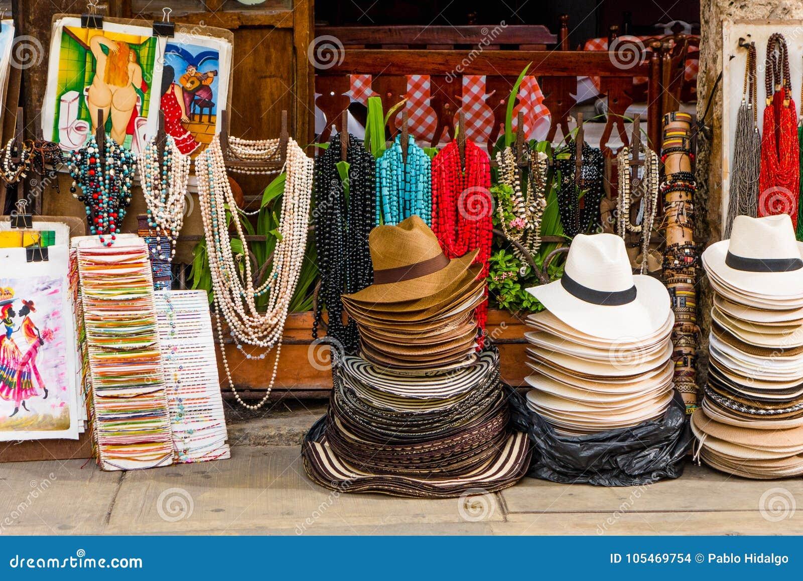 CARTAGENA KOLUMBIA, PAŹDZIERNIK, -, 27, 2017: Zamyka up barwioni kolumbijscy kapelusze i rękodzieła w jawnym rynku wewnątrz