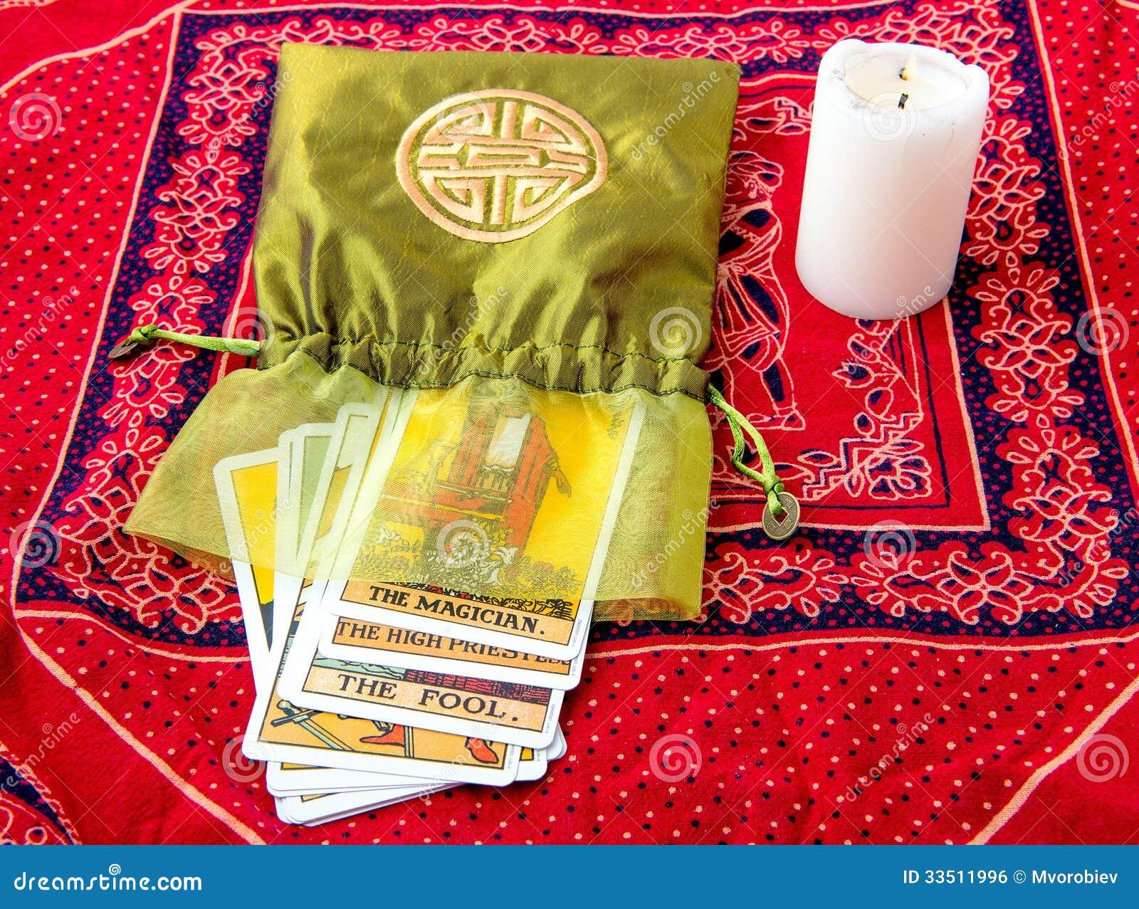 Cartas De Tarot Y Vela Ardiente Foto de archivo - Imagen de magia ...