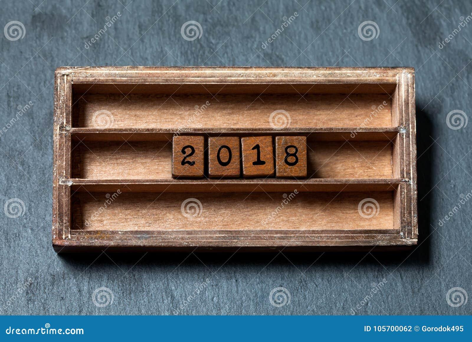 Cartaz do convite do cartão de 2018 anos Caixa do vintage, cubos de madeira com letras do estilo antigo Pedra cinzenta textured