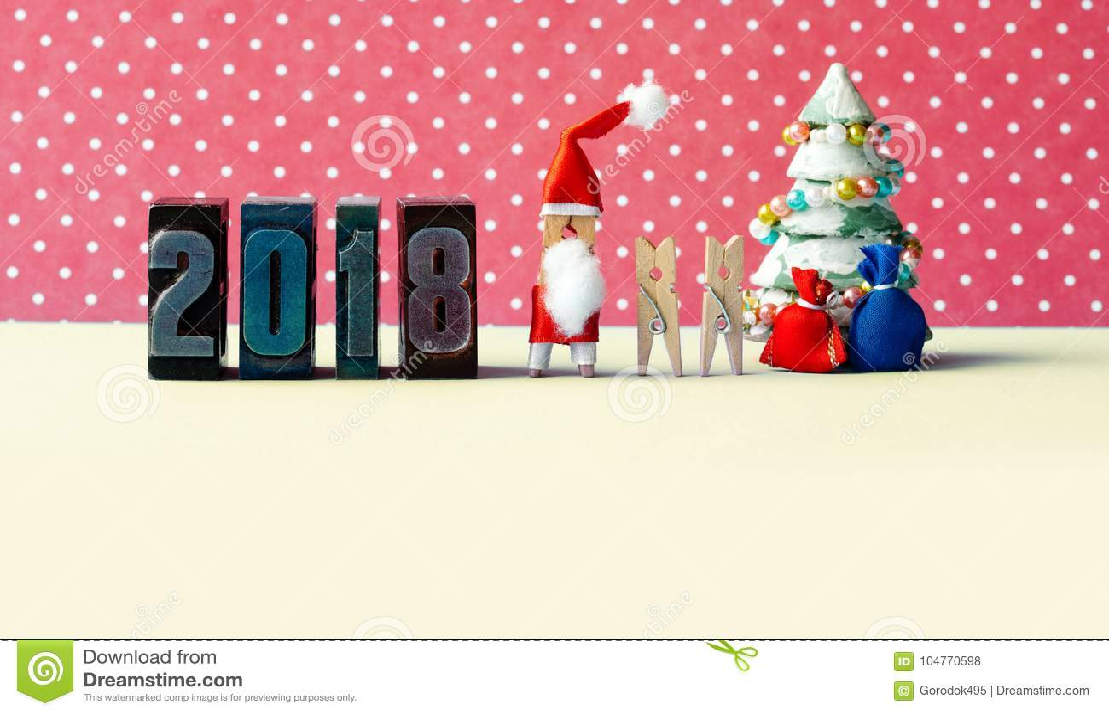 Cartaz do partido do Xmas do ano 2018 novo feliz Crianças dos pregadores de roupa de Santa Claus, árvore de abeto decorada, prese