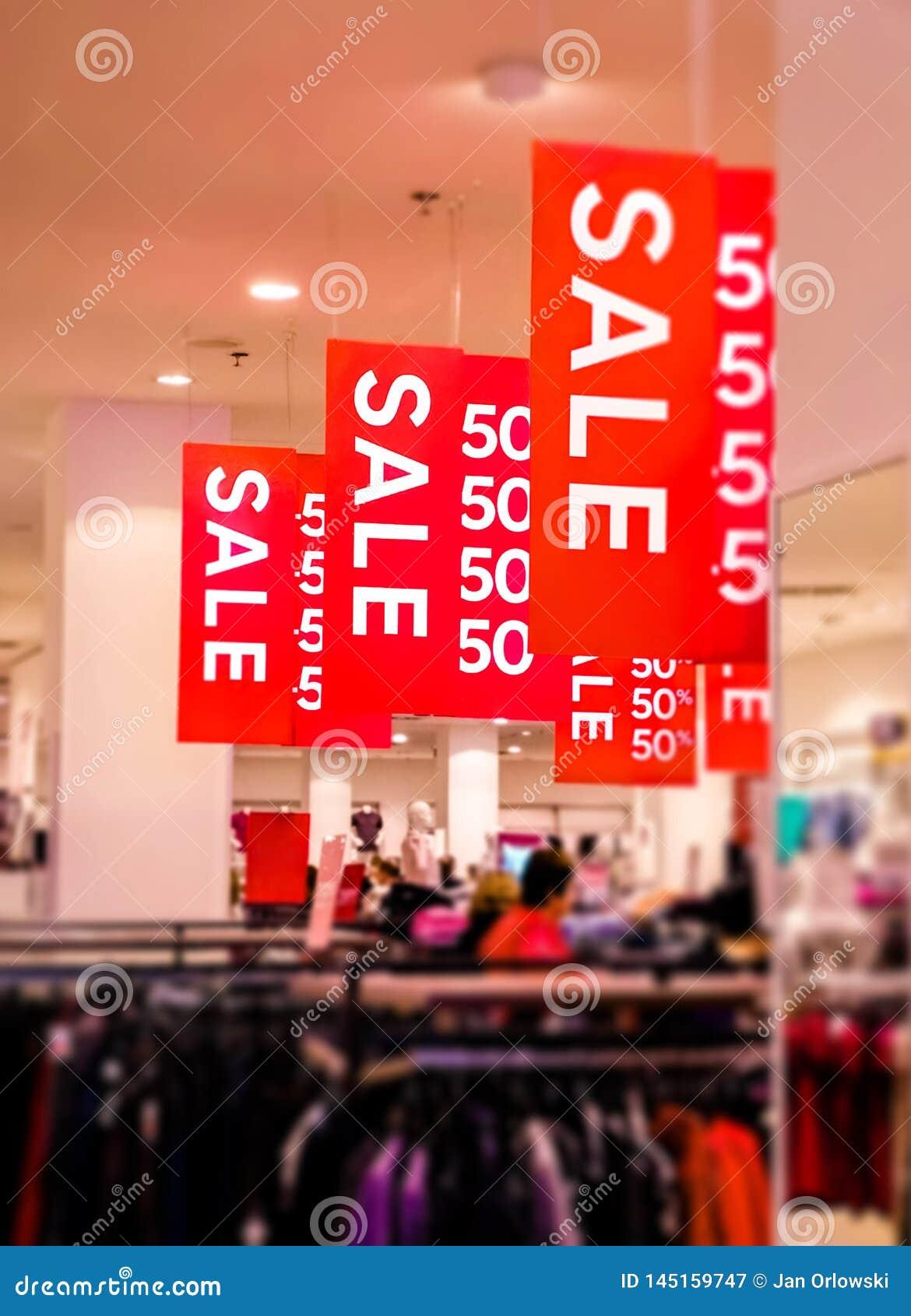 Cartazes da venda com letras brancas