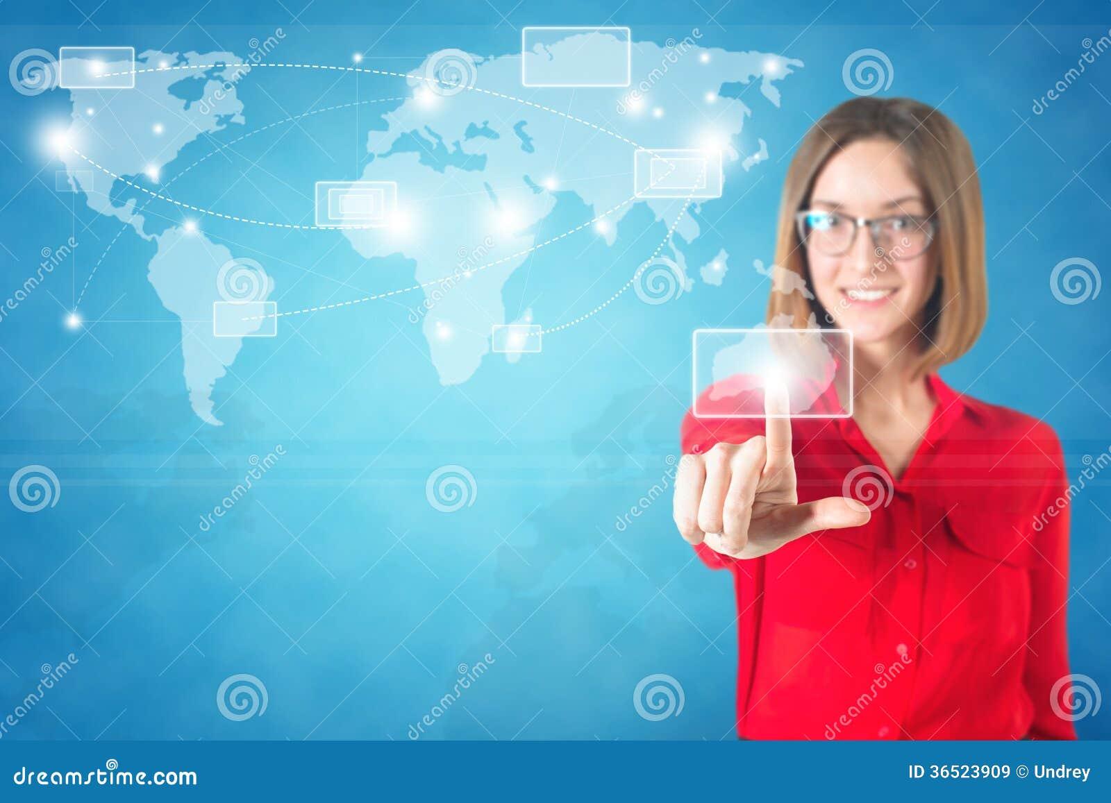 Carte émouvante du monde de doigt de femme d affaires sur a