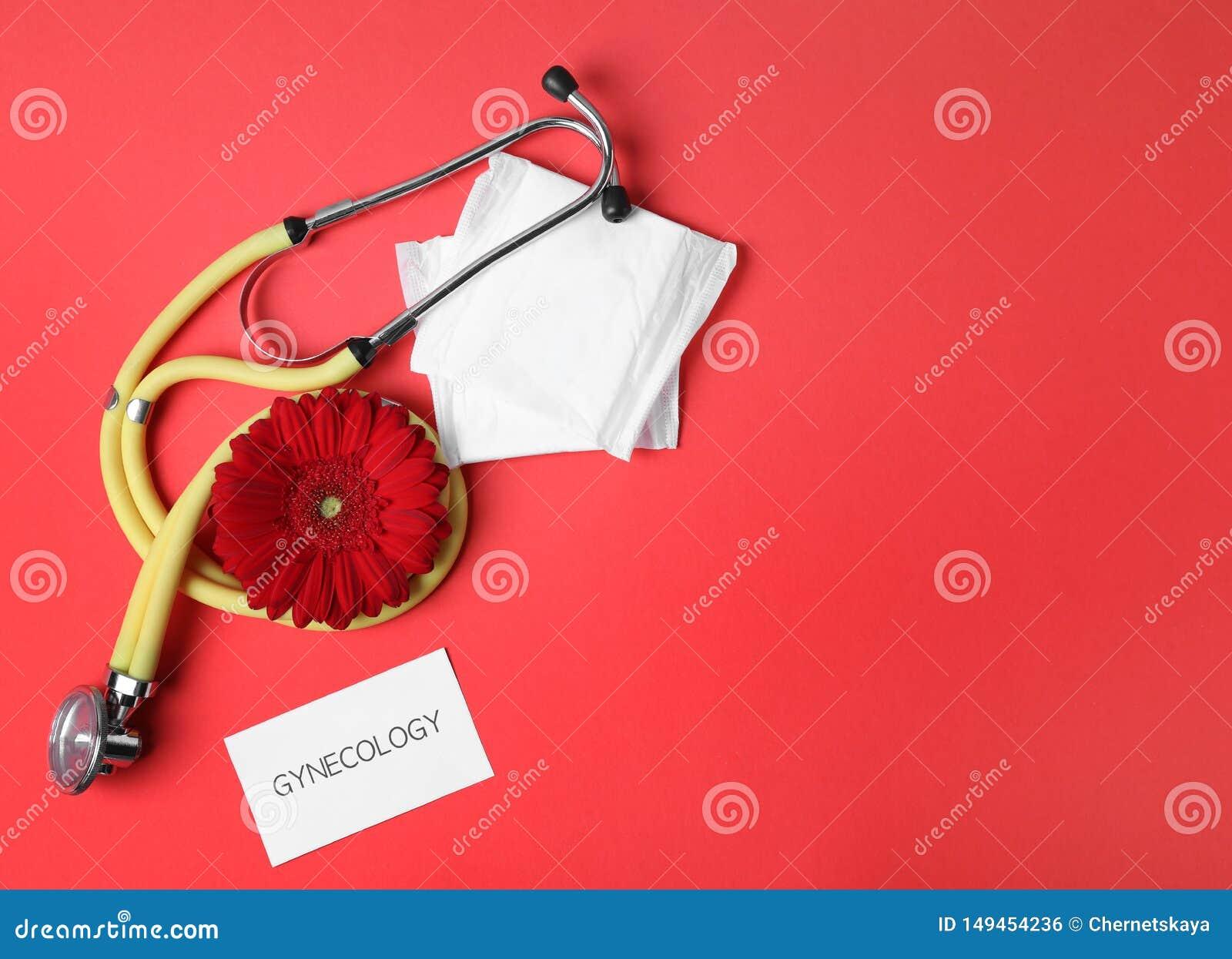 Carte avec la gynécologie, le stéthoscope, les protections et la fleur de mot sur le fond de couleur, configuration plate