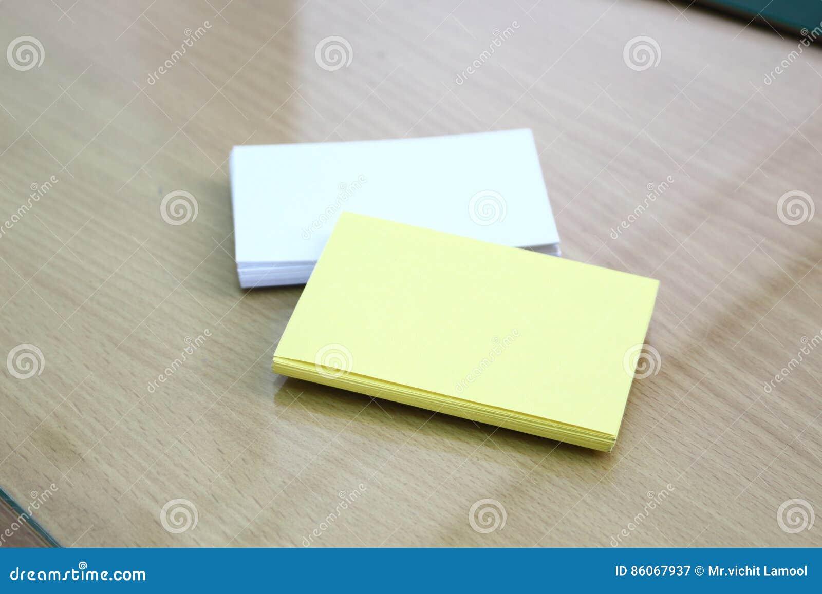 Carte blanche et jaune sur le bureau image stock image du carte