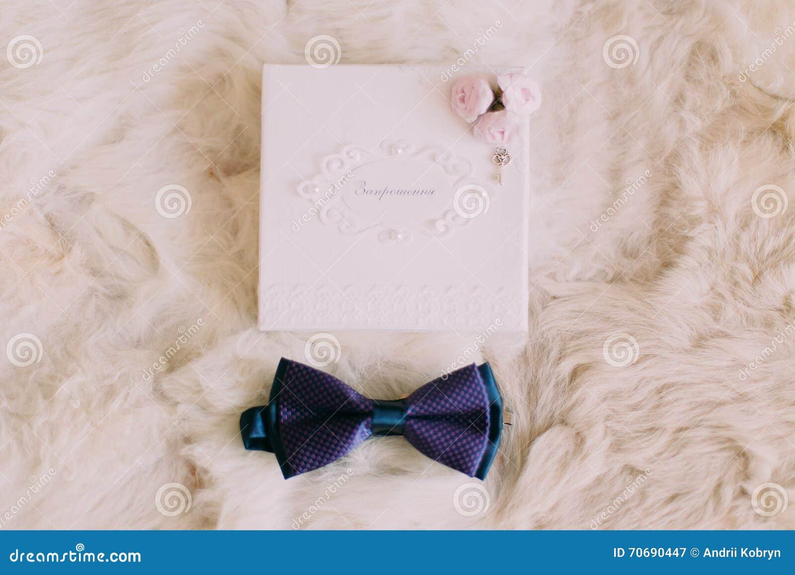 f0f19f277caa4 Carte bleue d'invitation de noeud papillon et de mariage sur le fond blanc  de fourrure