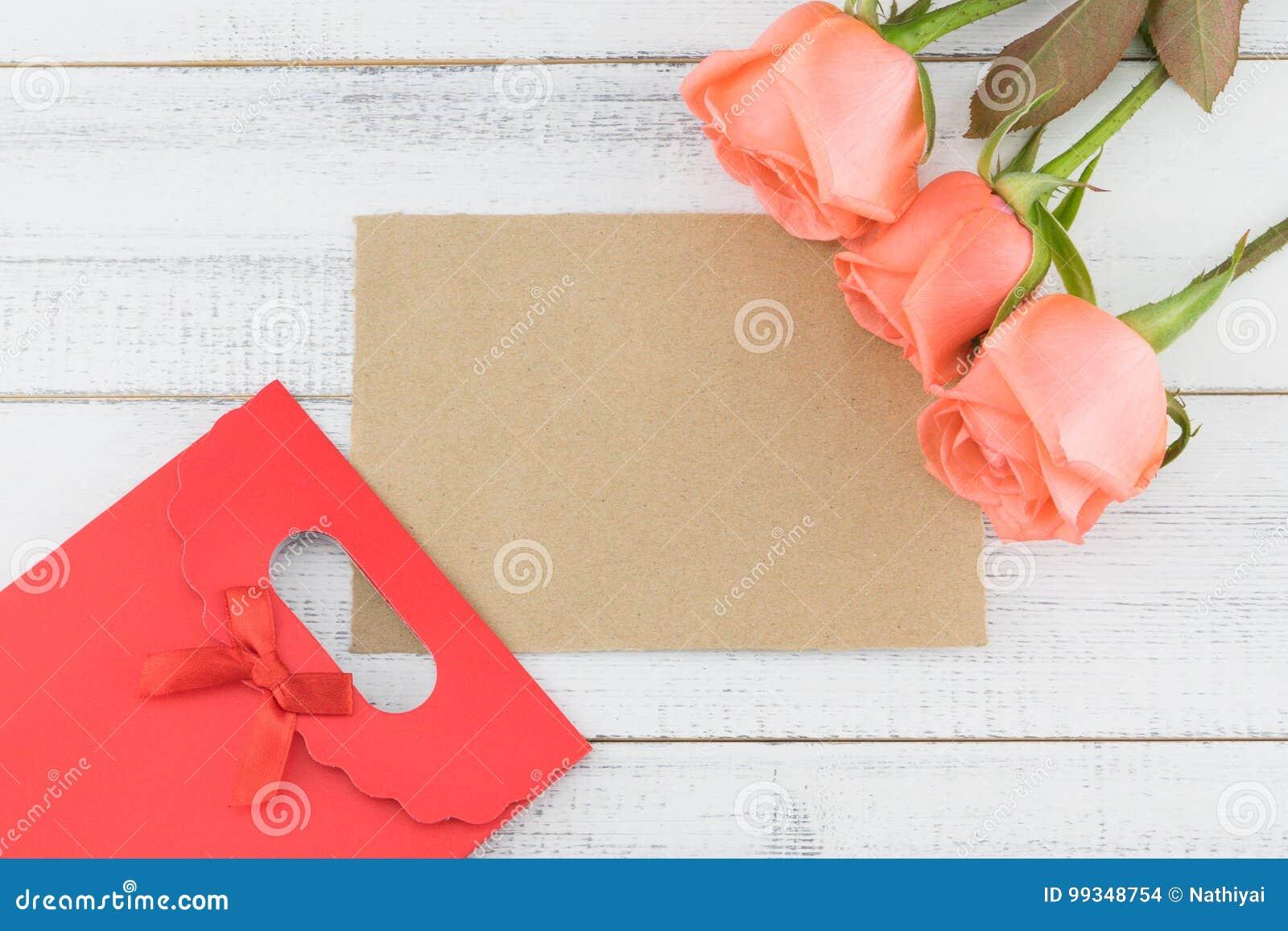 Carte Brune Vierge Et Sac Rouge De Cadeau Décorés Des Roses