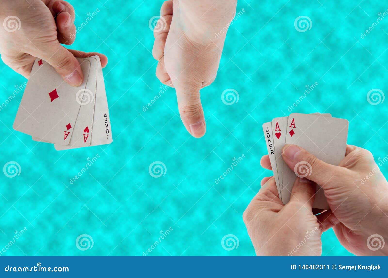 Carte da gioco a disposizione sui precedenti di acqua