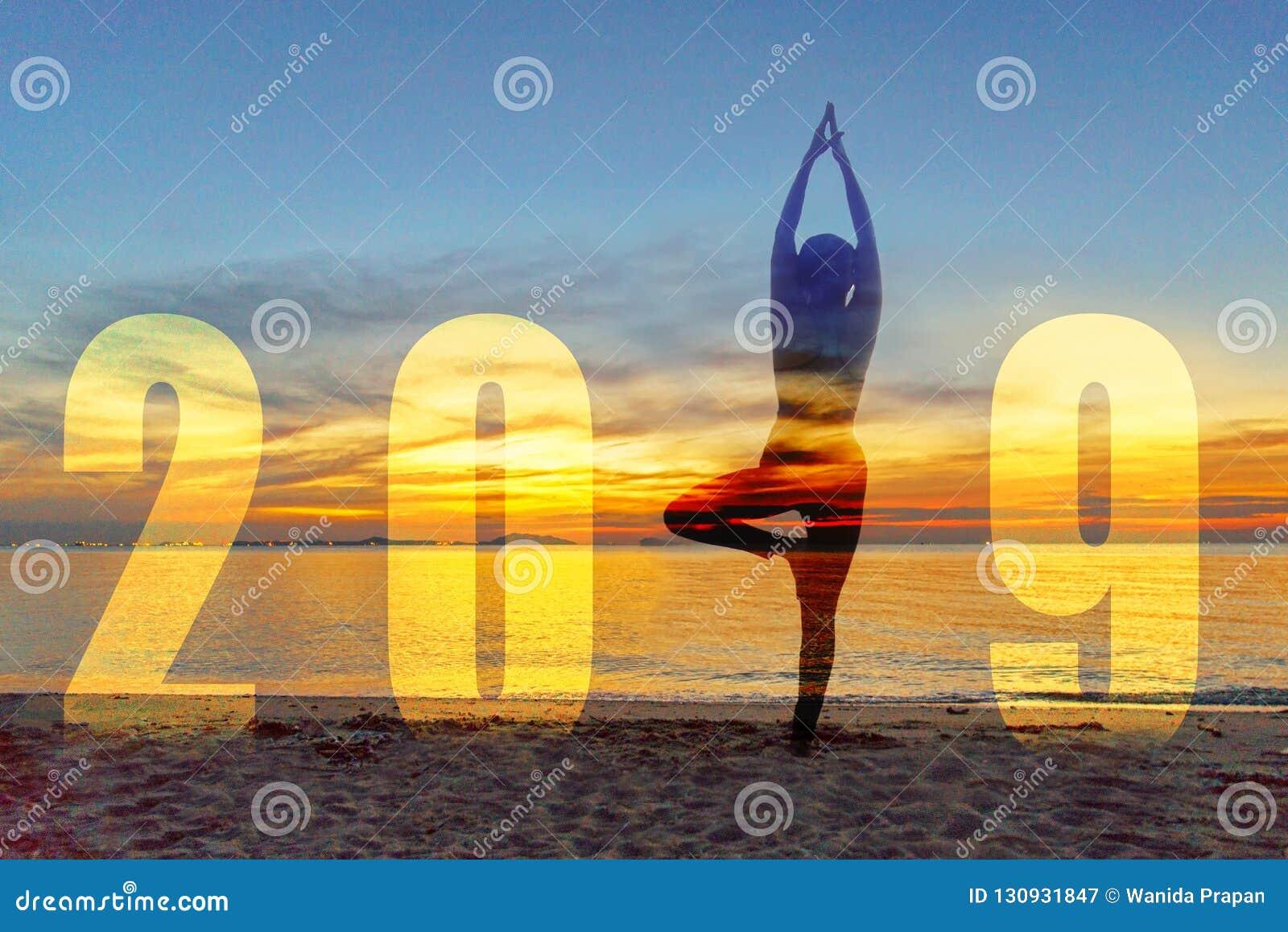 Carte 2019 de bonne année de yoga Position de pratique de yoga de femme de mode de vie de silhouette en tant qu élément du numéro