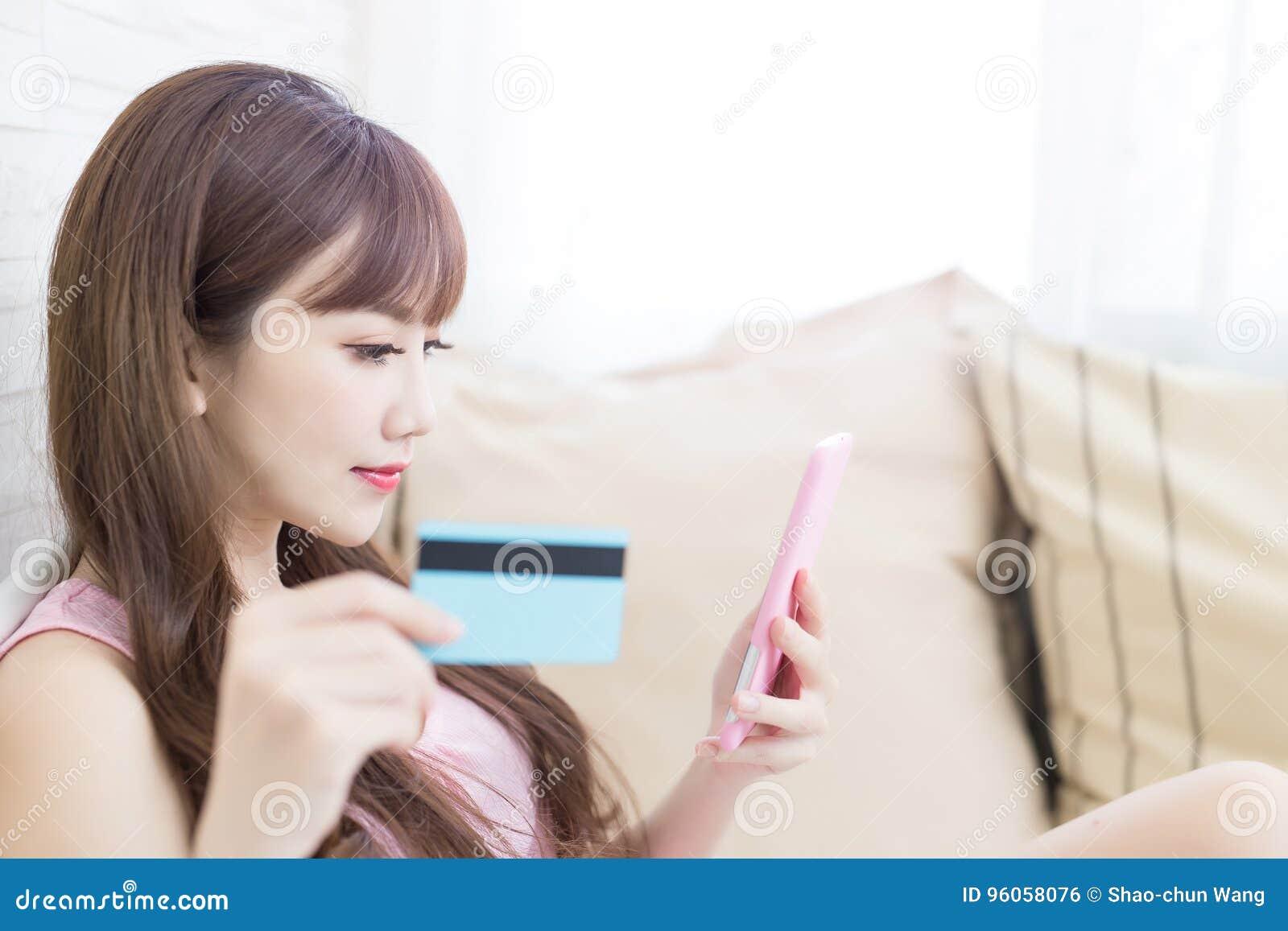 Carte de crédit de prise de femme