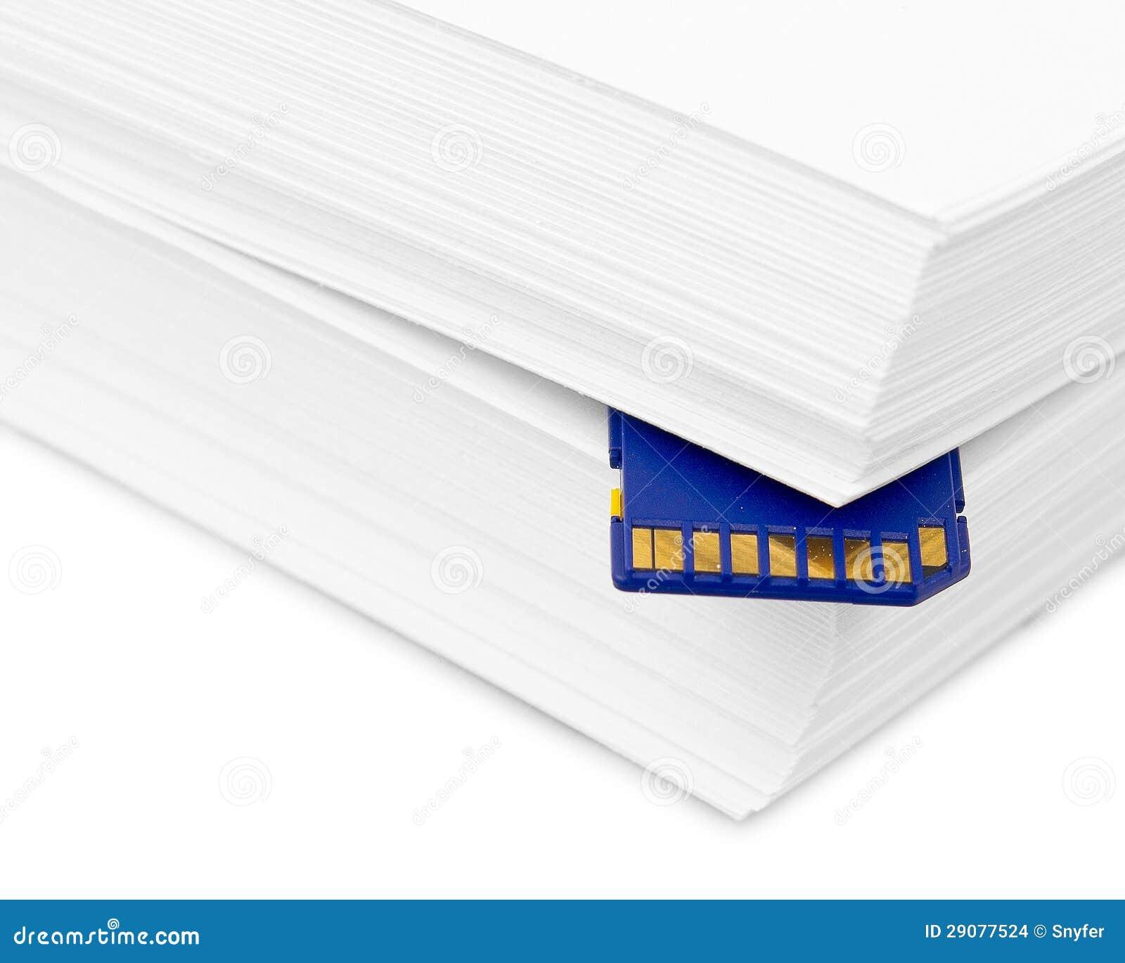 Carte de mémoire d écart-type avec une pile de papier d imprimante. Copie de sauvegarde de liste imprimée ou