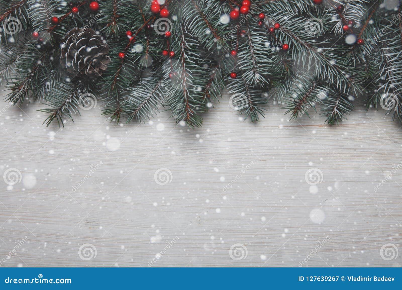 Arbre Bois Blanc Decoration carte de noël fond en bois blanc avec l'arbre et la