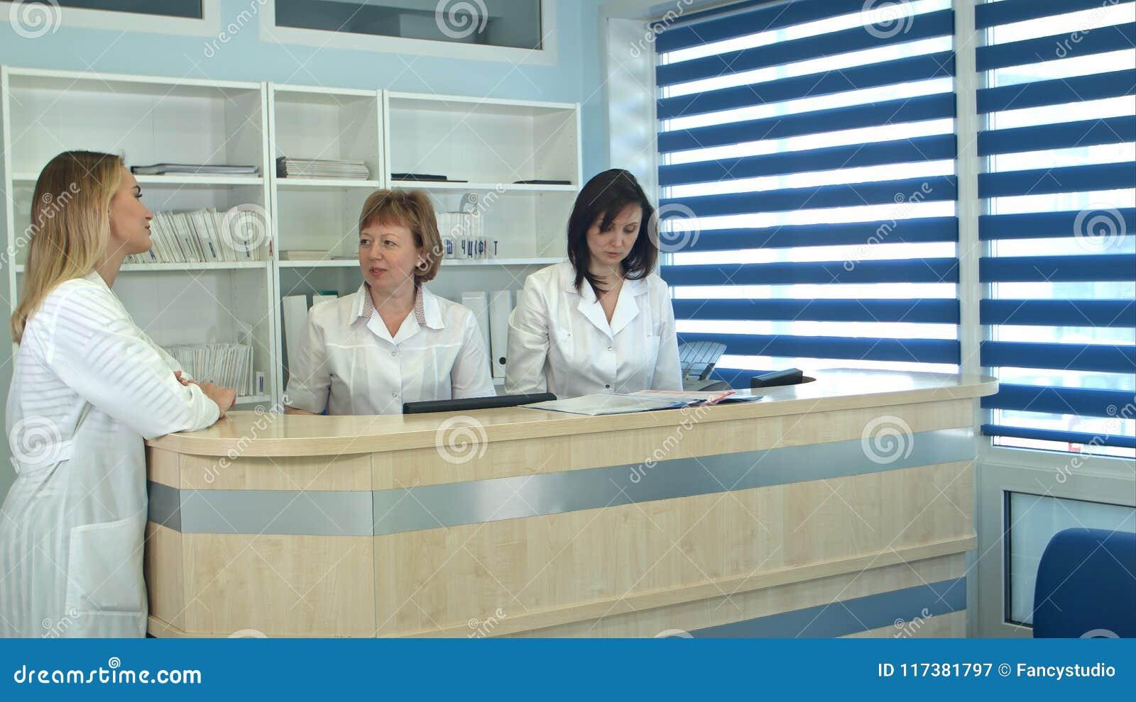 Carte de obtention patiente masculine de rendez-vous de docteur de réception