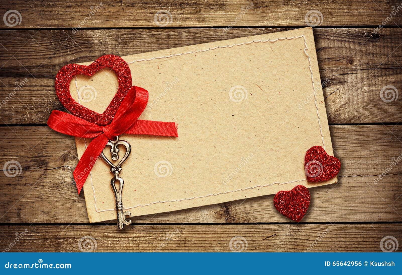 Carte de voeux avec le ruban rouge et une clé