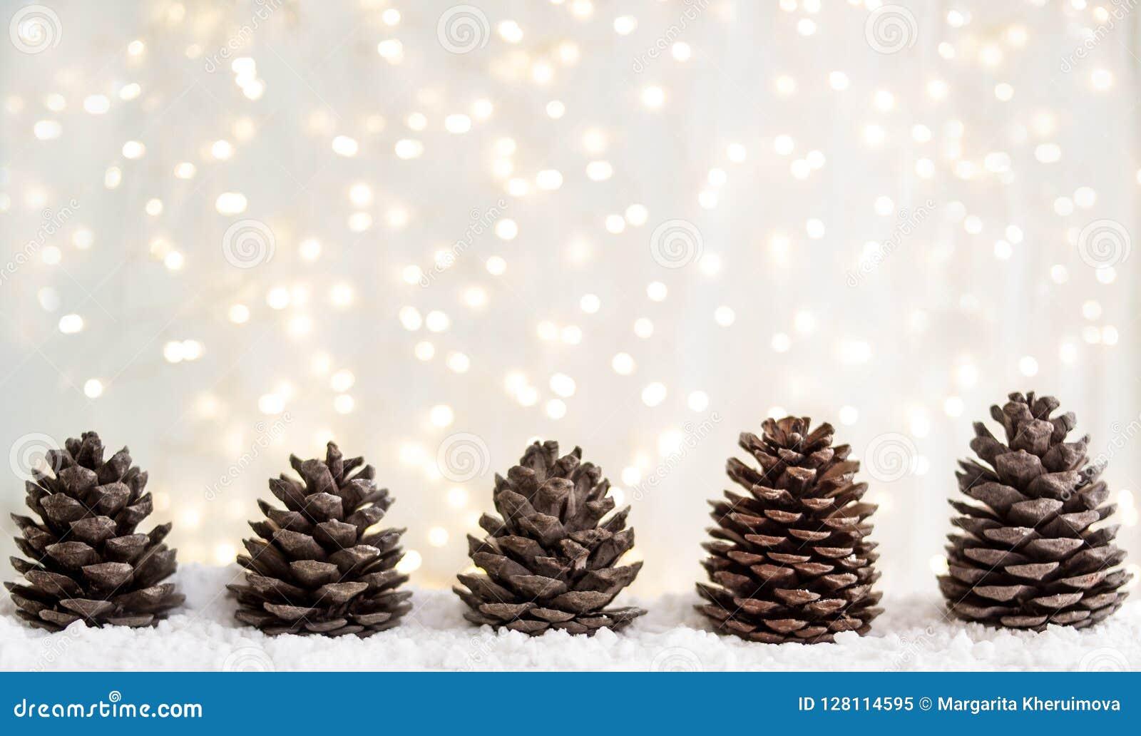 Carte de voeux de Joyeux Noël et de bonne année avec le copie-espace cônes de sapin sur la neige blanche Fond de l hiver Panorama