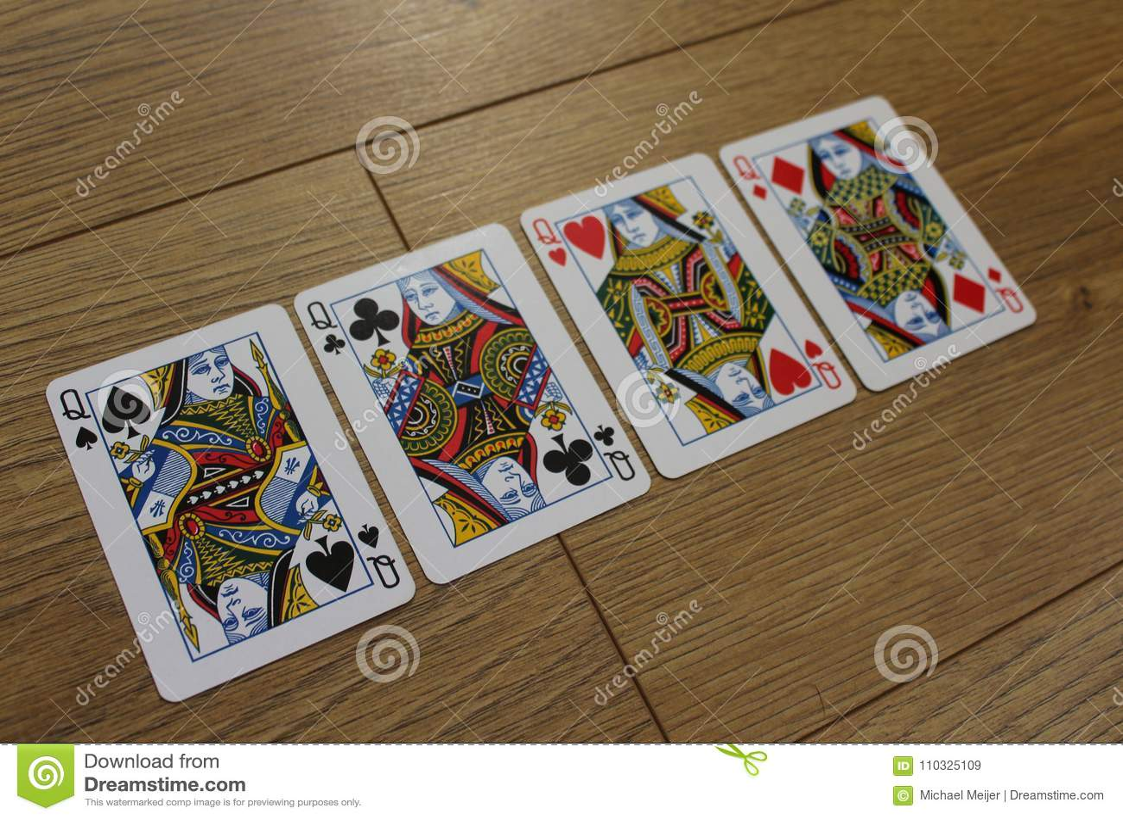 Carte della mazza su un backround di legno, sull insieme delle regine dei club, sui diamanti, sulle vanghe e sui cuori