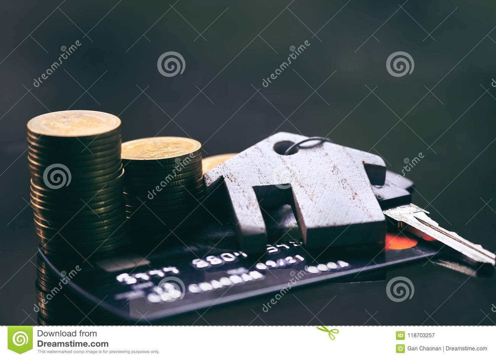 Carte di credito, portachiavi a anello Concetto per la scala della proprietà, l ipoteca e l investimento di bene immobile