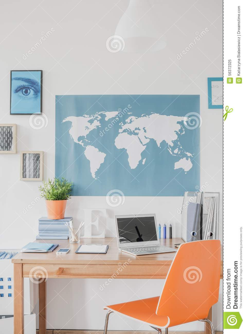 carte du monde au dessus du bureau photo stock image 56372325. Black Bedroom Furniture Sets. Home Design Ideas