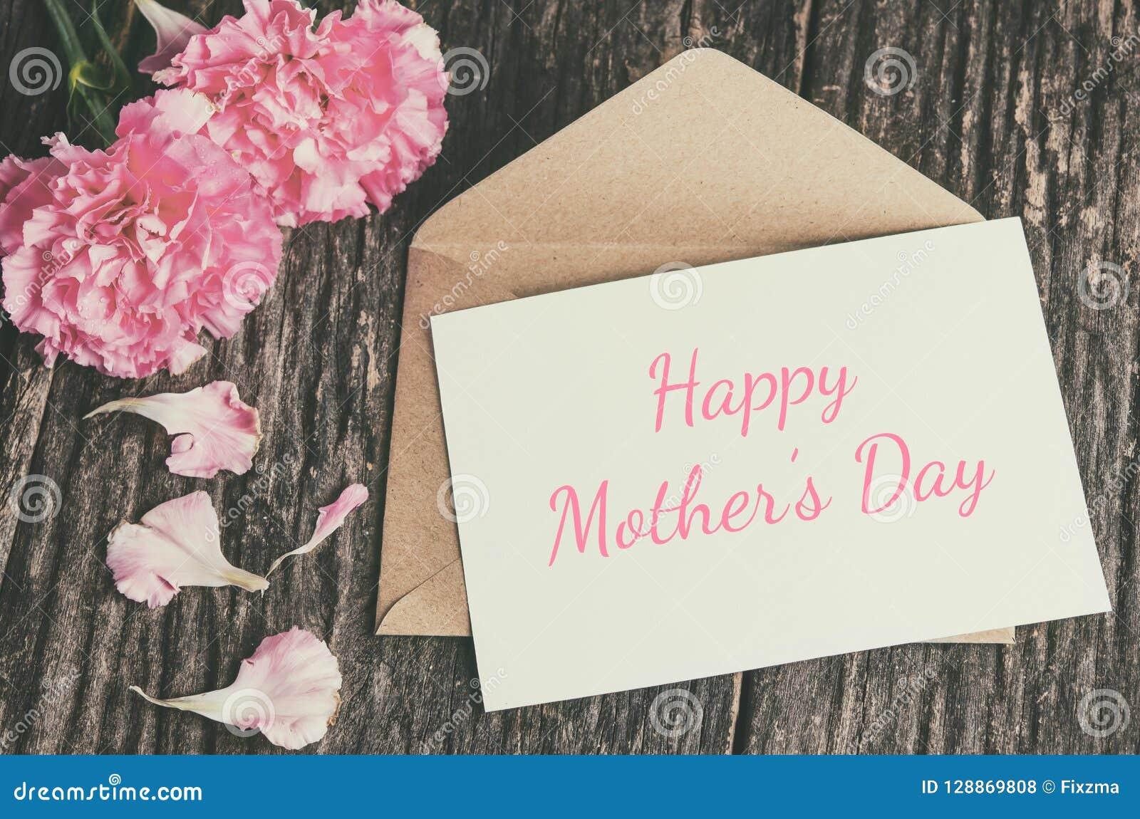 Carte heureuse de jour du ` s de mère avec l enveloppe brune et l oeillet rose f