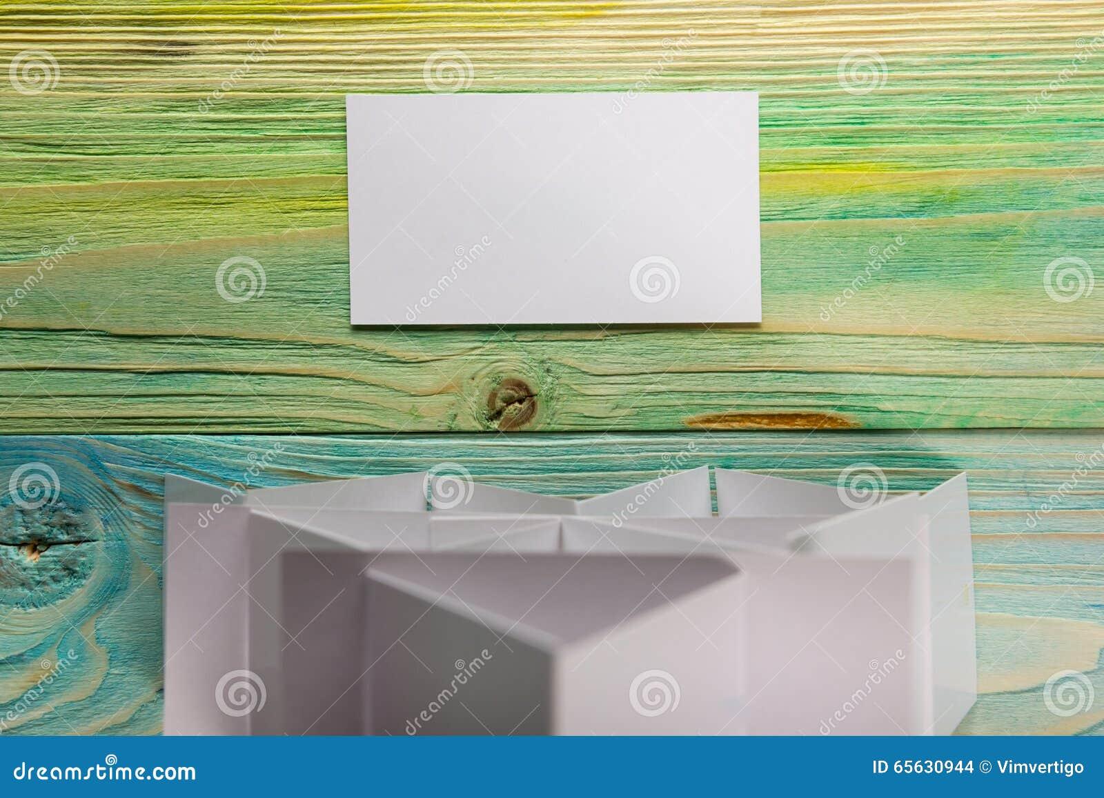 Carte vierge blanche de visite d affaires, cadeau, billet, passage, présent étroit sur le fond bleu brouillé Copiez l espace
