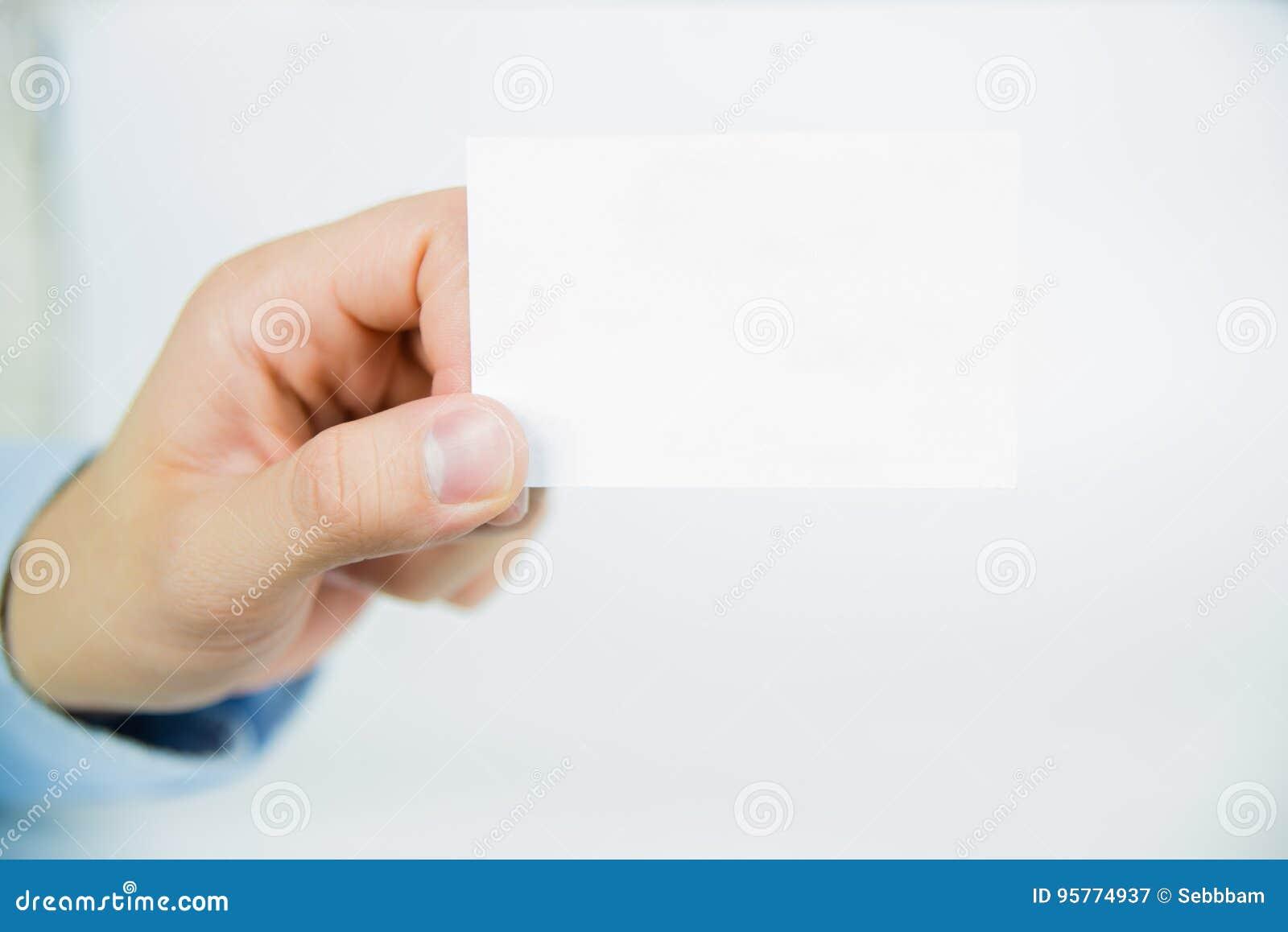 Carte vierge vide de visite se tenant à la main