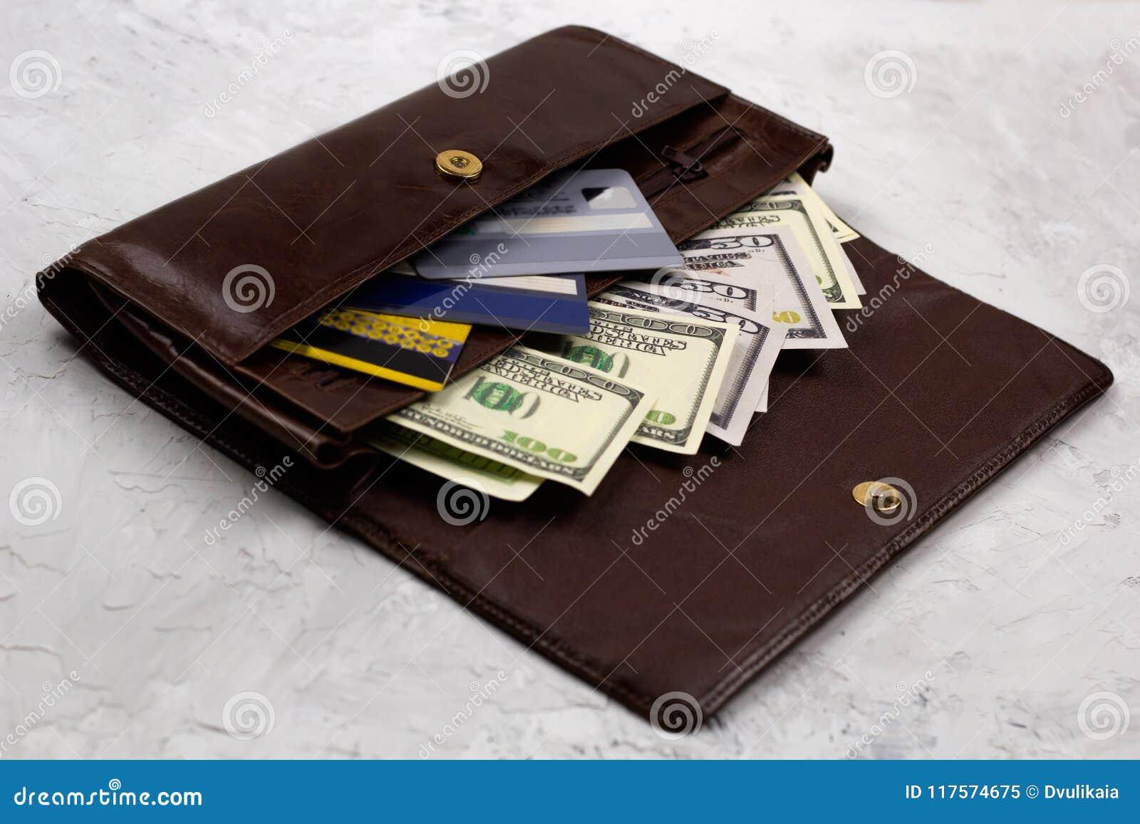 Carteira de couro completamente dos dólares e dos cartões de crédito
