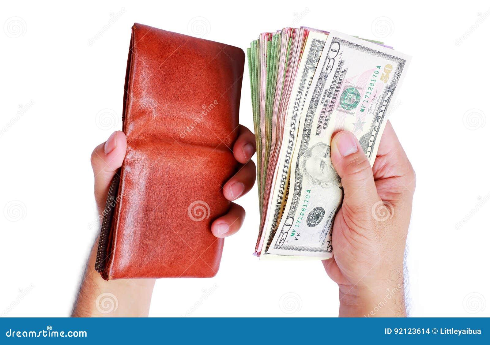 Carteira e dinheiro do dólar que mostra na mão do ` s dos homens isolada sobre