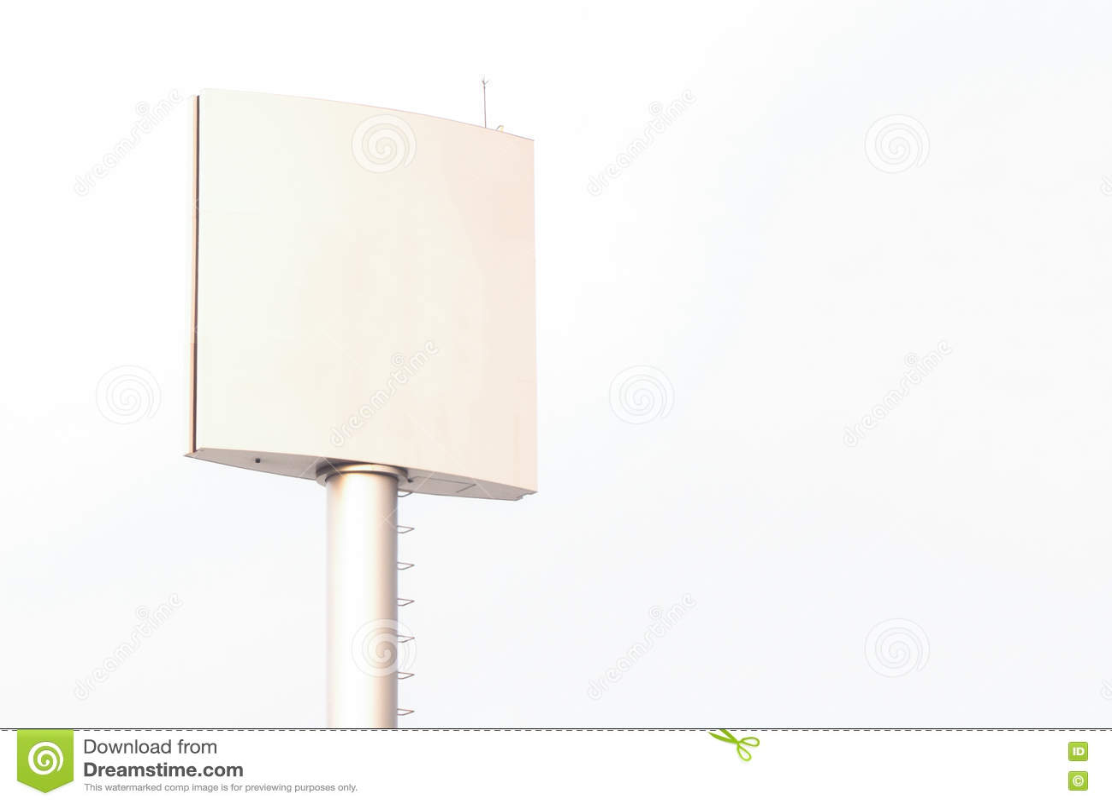 Cartelera en blanco para el cartel de la publicidad al aire libre o cartelera en blanco en el tiempo del día para el anuncio
