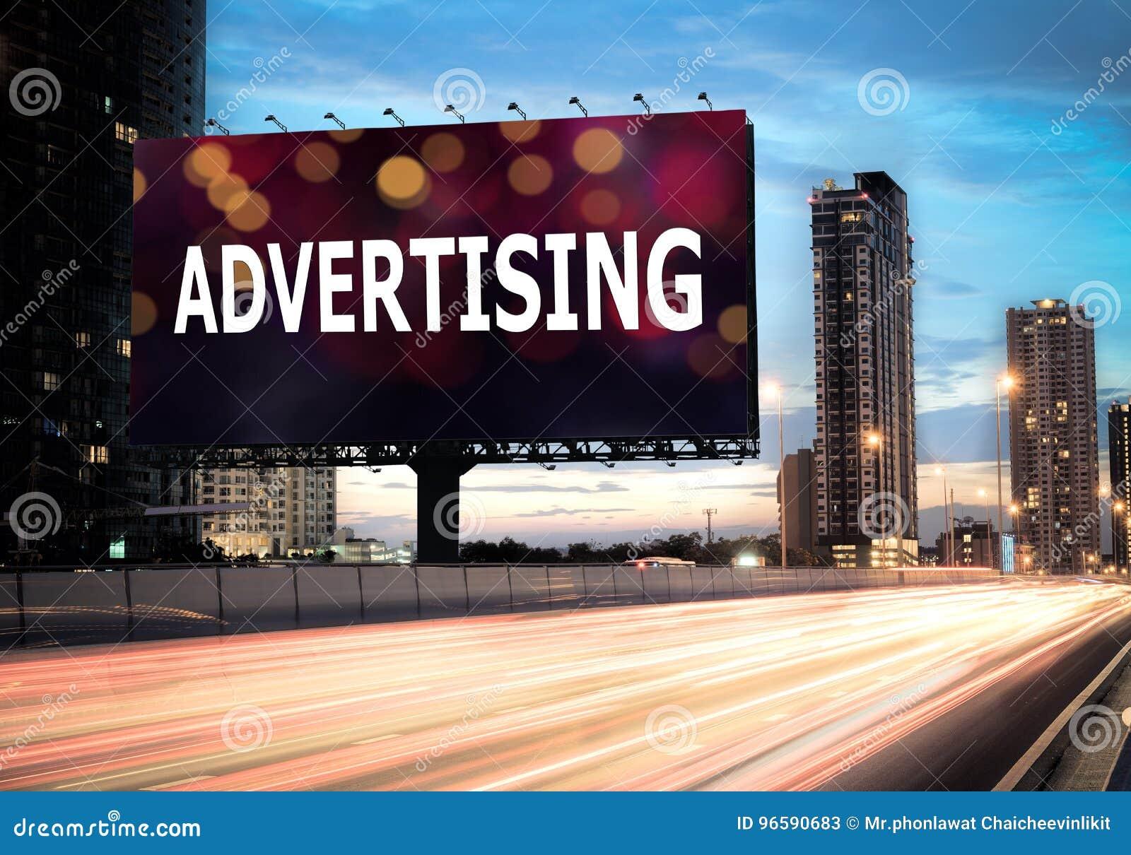 Cartelera que hace publicidad encendido en el highwa