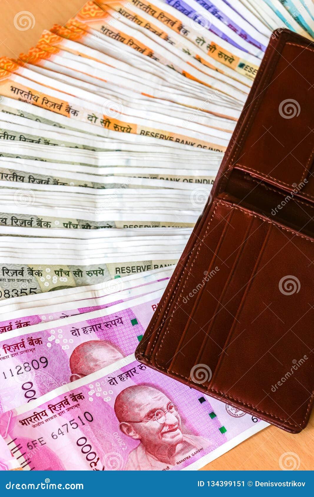 Cartera de cuero con el indio a estrenar 10, 50, 100, 200, 500, 2000 rupias de billetes de banco