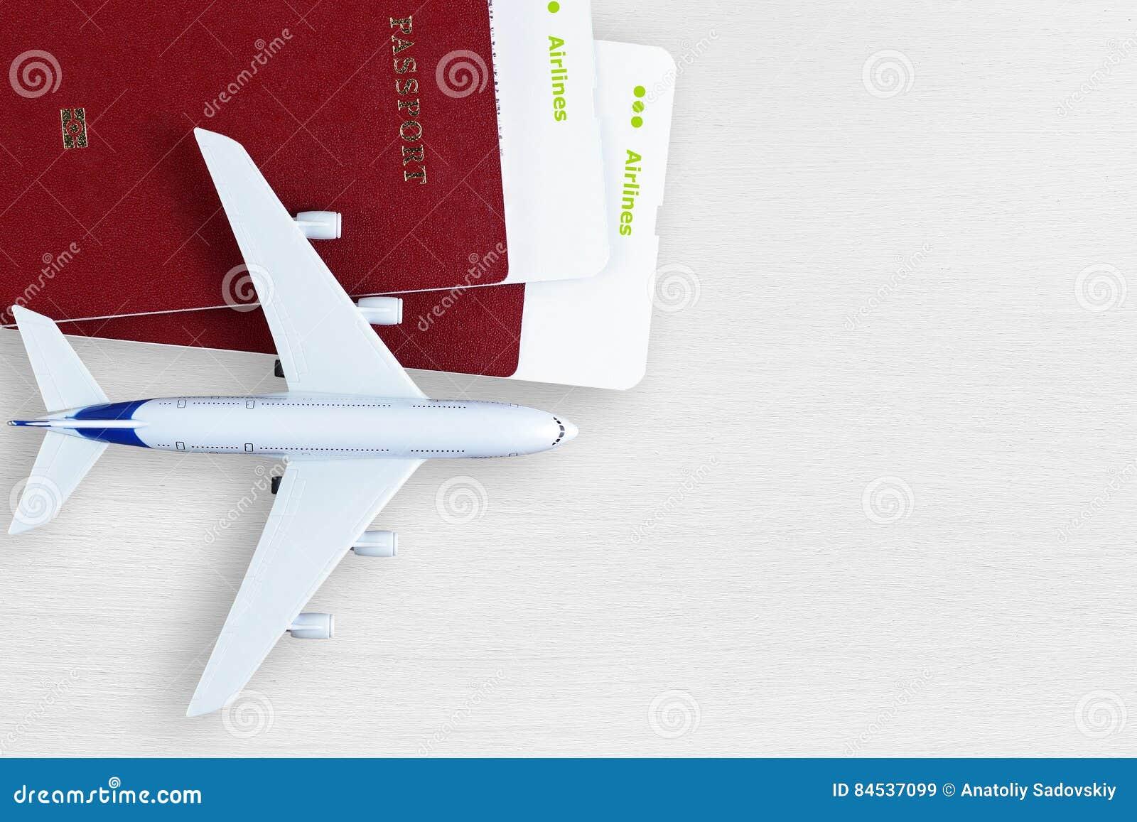 Cartes d embarquement, passeports et avion de jouet