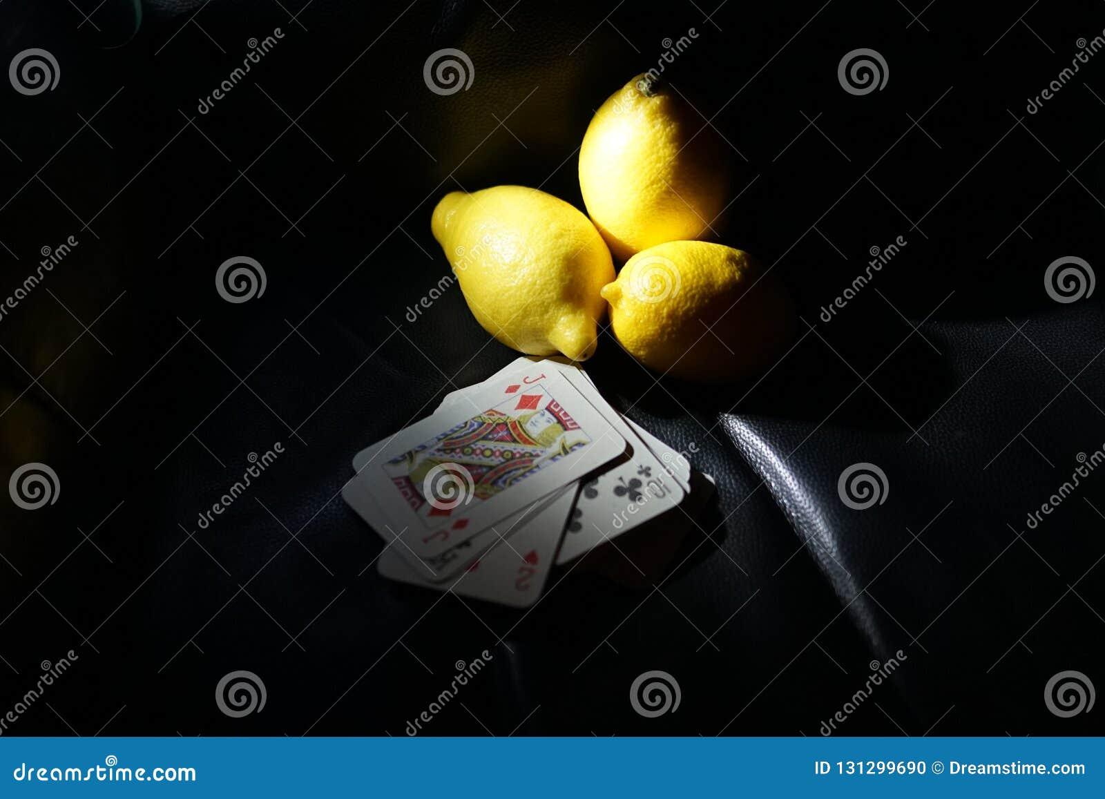 Cartes de jeu avec les puces colorées pour jouer au poker