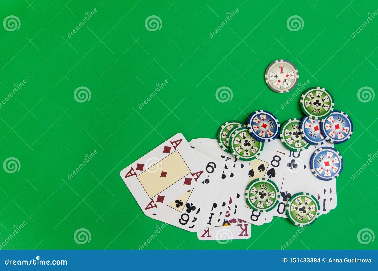 Cartes de pile et de jeu de jetons de poker sur la table verte