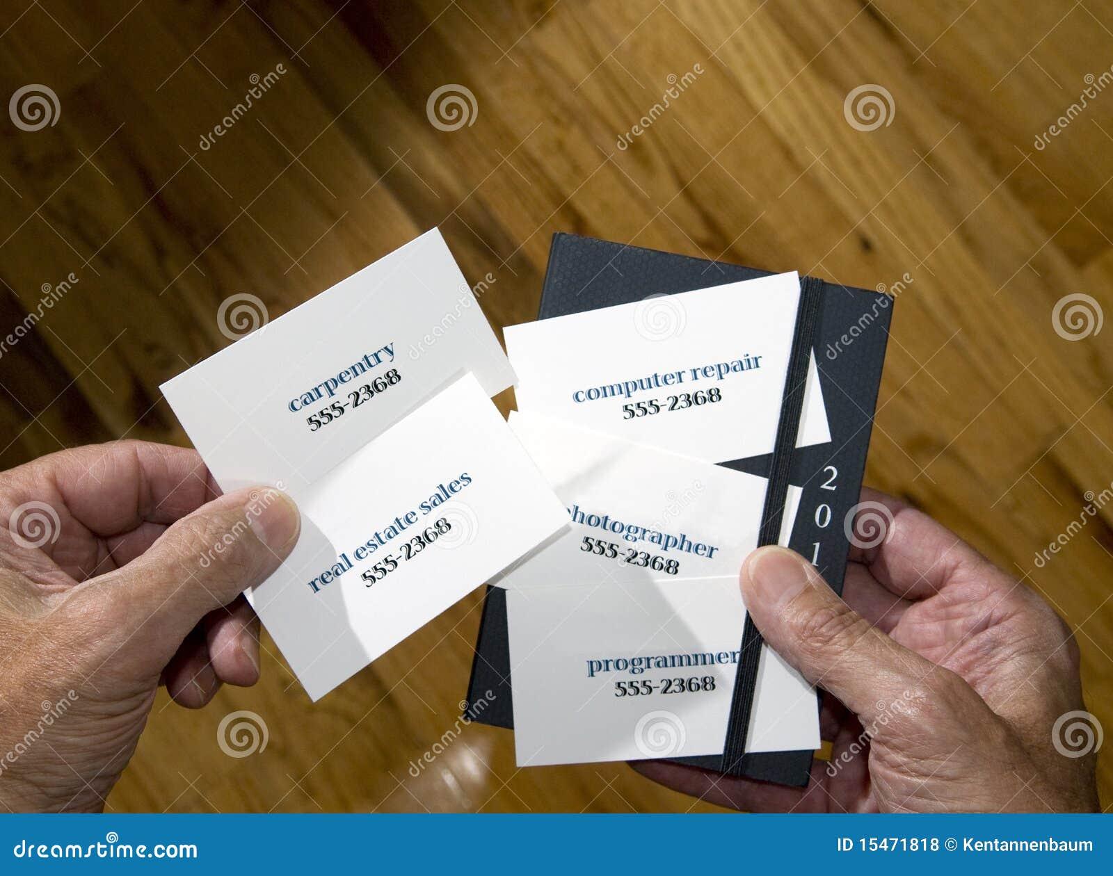 Plan Rapproche Des Mains Retenant Les Cartes De Visite Professionnelle Multiples Avec Professions Diverses