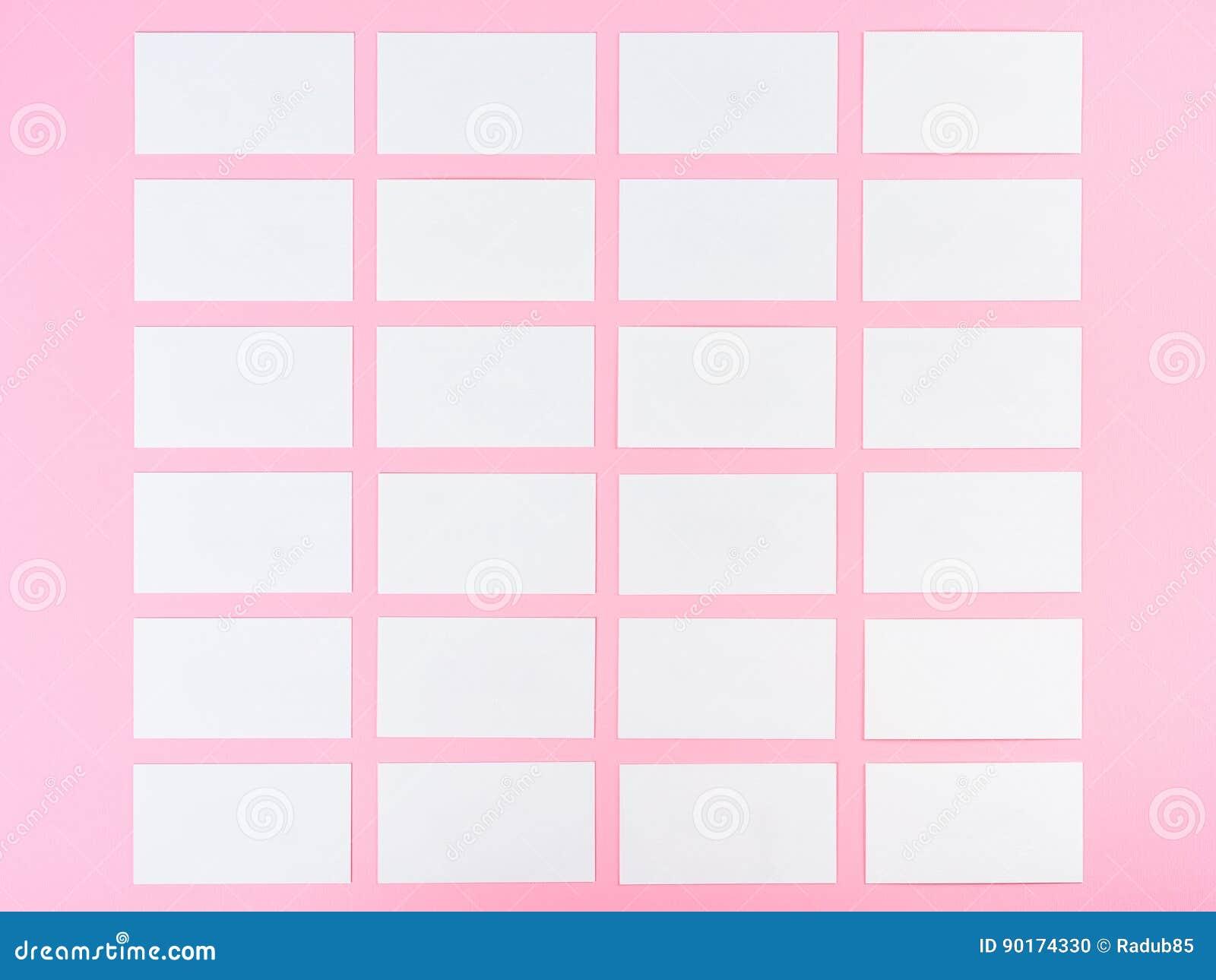Cartes De Visite Professionnelle Vierges Blanches Sur Le Fond Rose Avec La Texture