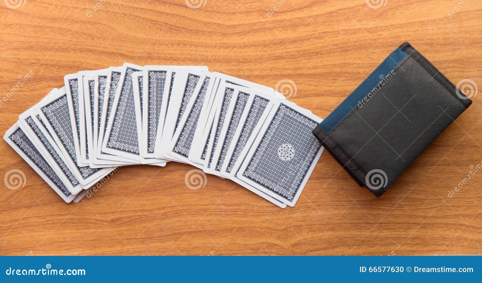 Cartes sur la table en bois avec le portefeuille