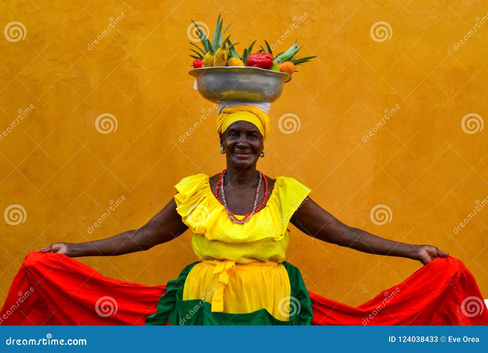 CARTHAGÈNE DE INDIAS, COLOMBIE - 27 juillet 2017 : La belle femme de sourire portant la vente traditionnelle de costume porte des