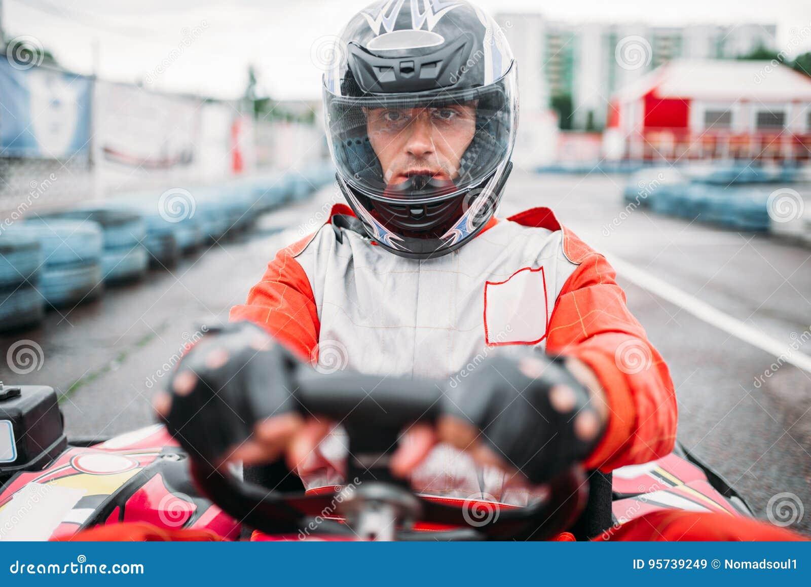 Carting a raça, vá motorista do kart no capacete, vista dianteira