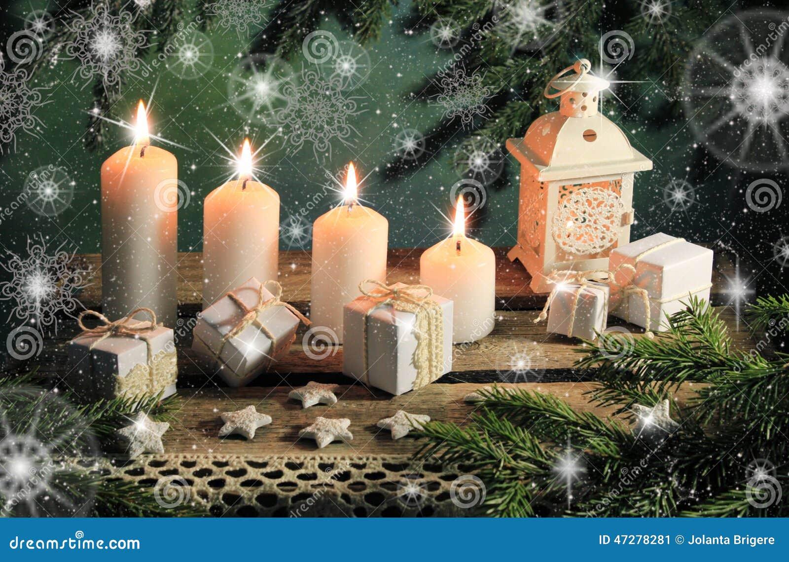 Cartolina con le candele ed i regali
