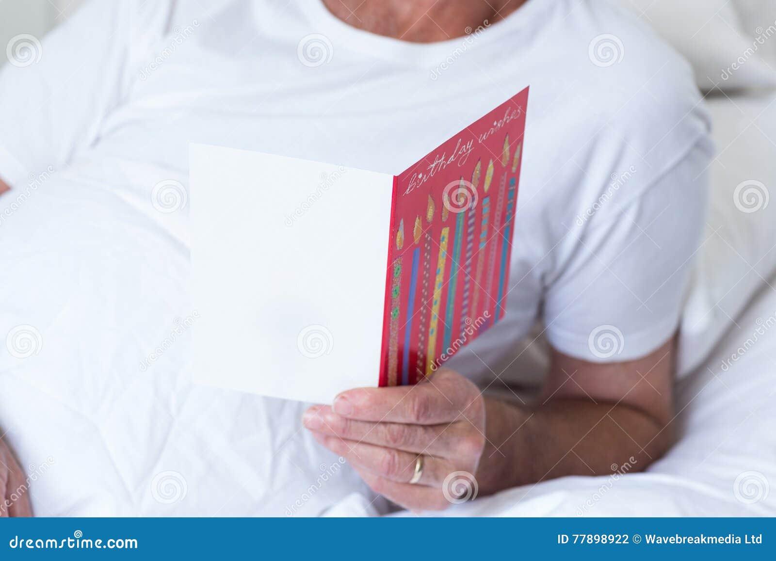 Cartolina D Auguri Di Compleanno Della Tenuta Dell Uomo Senior