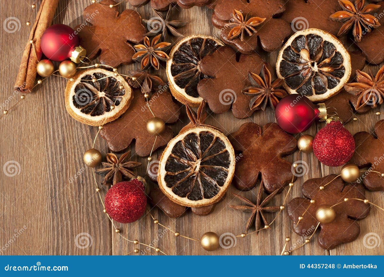 Cartolina di Natale con il pan di zenzero e le decorazioni