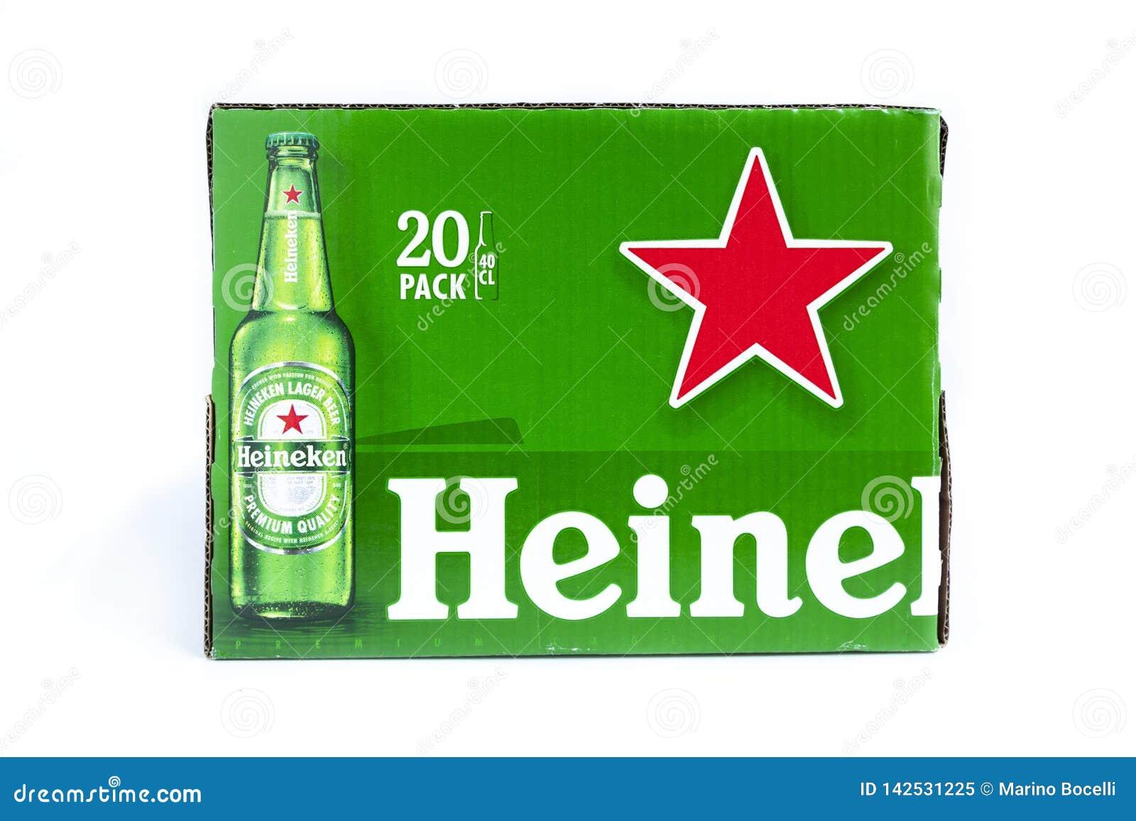 Cartone verde della birra di Heineken su fondo bianco