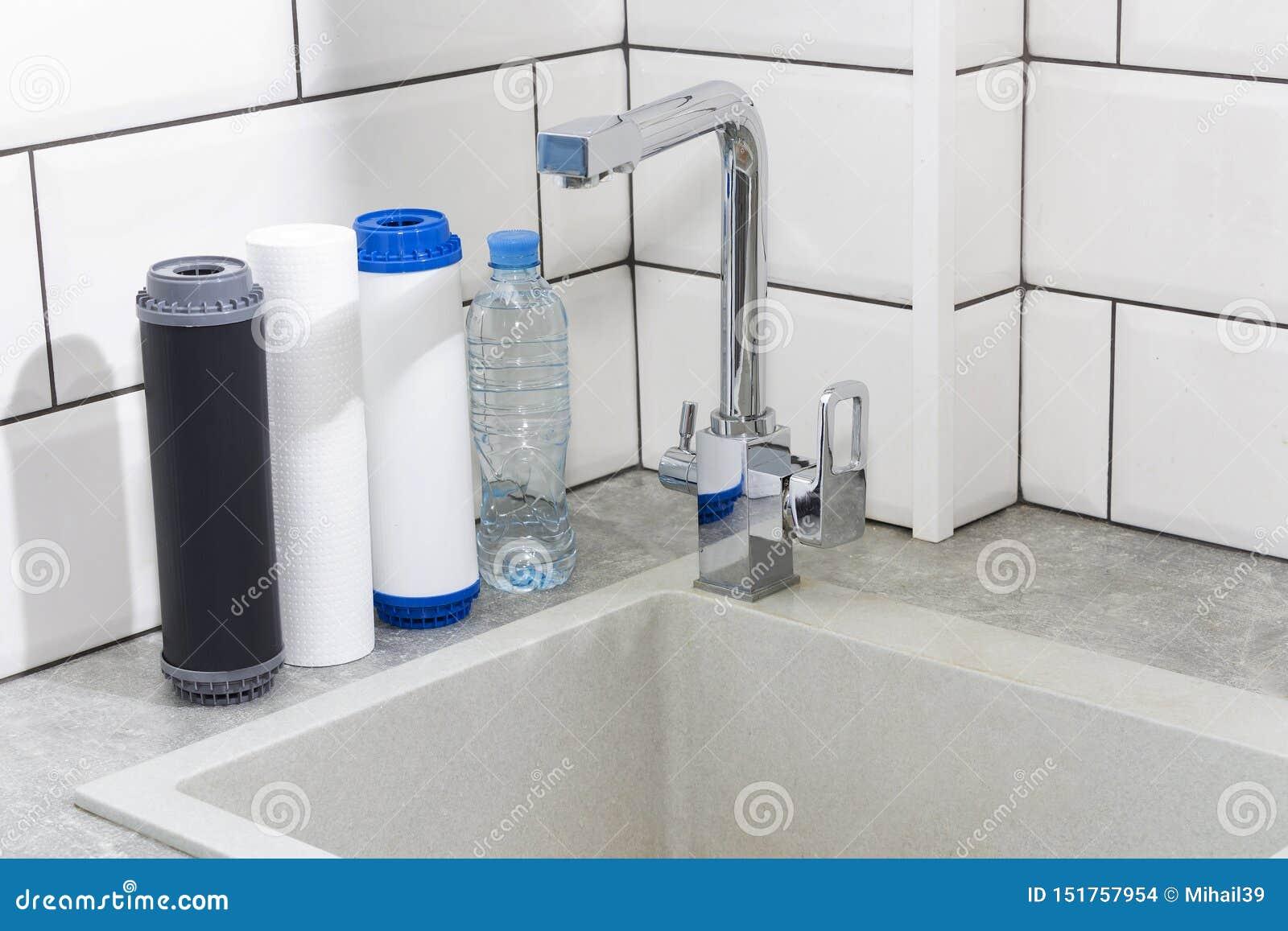 Cartouche filtrante de l eau dans la cuisine Système de filtration d eau potable dans la cuisine Eau propre ? la maison