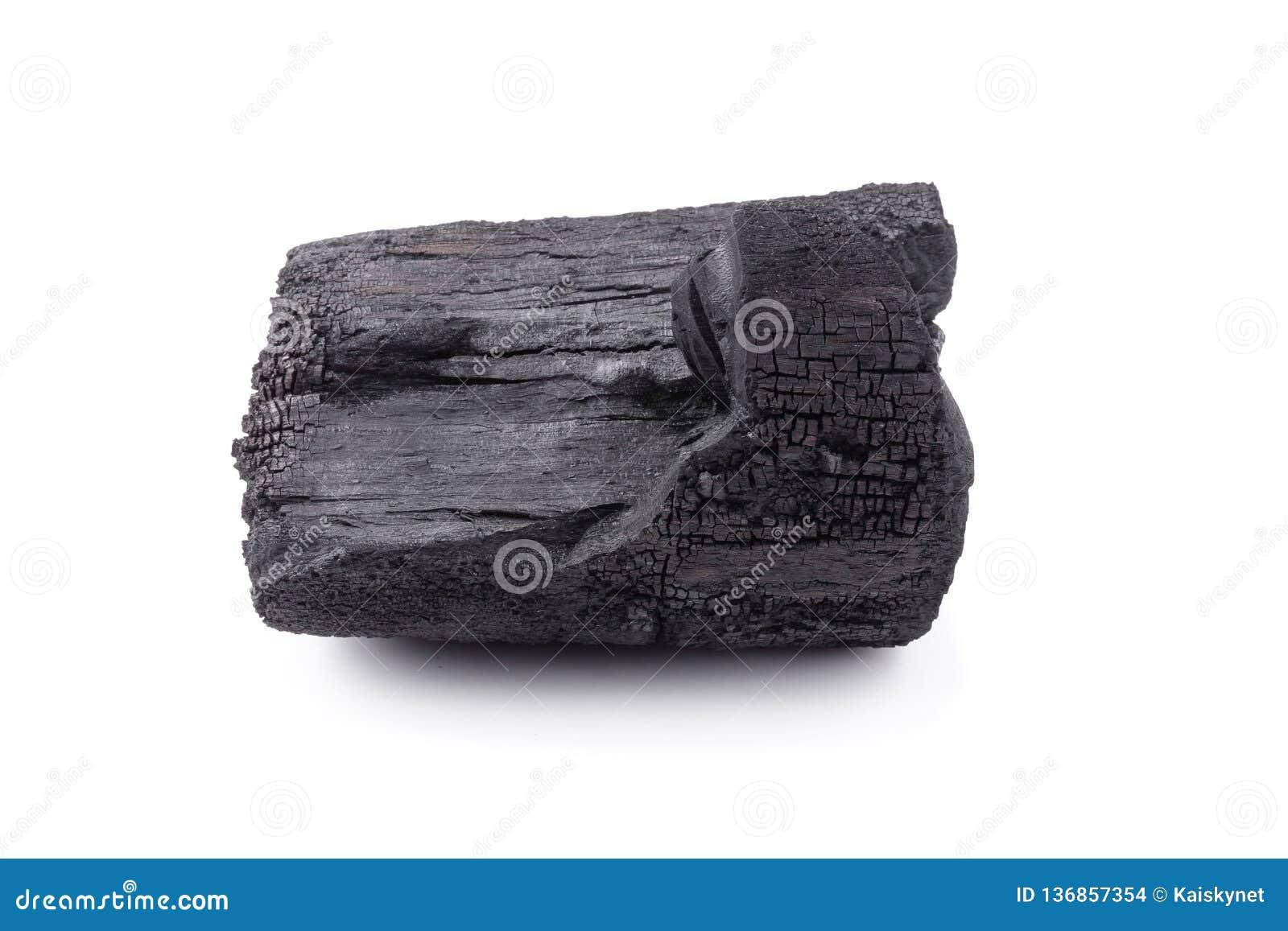 Carvão vegetal de madeira natural isolado sobre o fundo branco