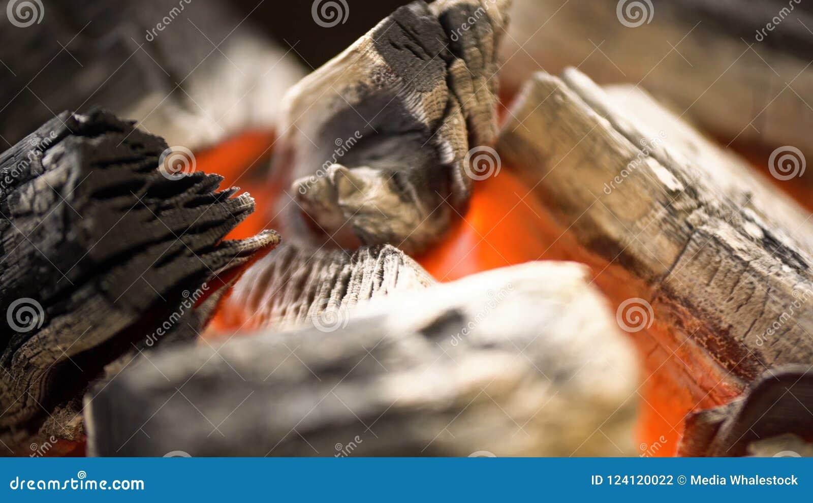 Carvão vegetal quente de incandescência na grade Pit With Flames do BBQ Fundo ardente de carvões