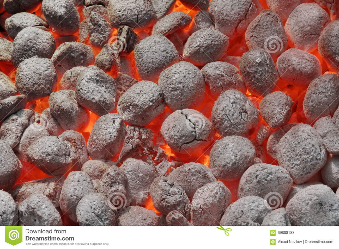 Carvões amassados de Pit With Glowing Hot Charcoal da grade do BBQ, close up